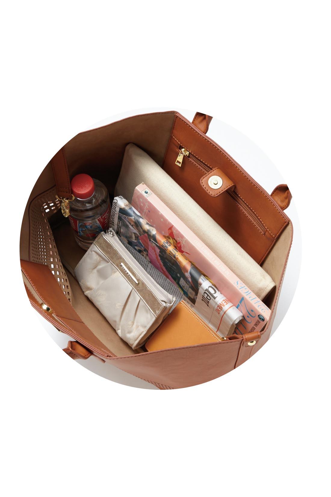 ガバッと開いて、使いやすく、マグネット付きで安心。内側にファスナー付きポケットが1つ、間仕切りポケットが2つ。