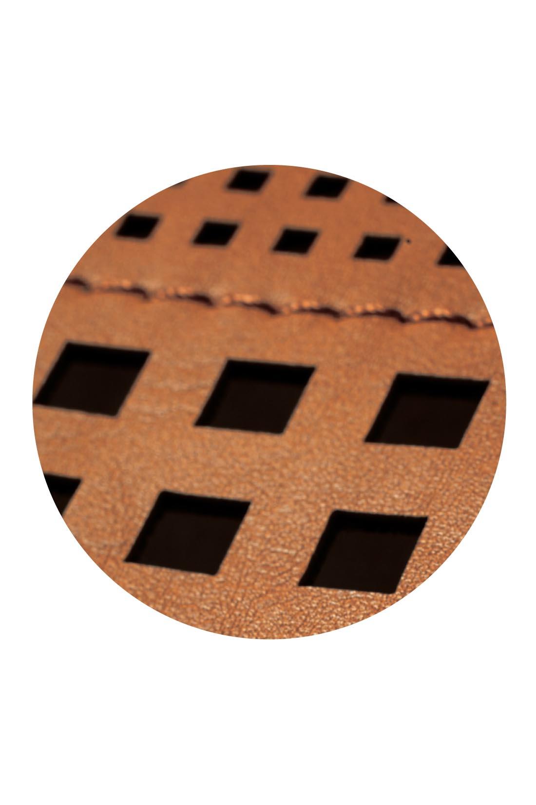 大容量なのにコーデを軽やか&華やかにまとめる秘密は、繊細なパンチングの透かし技にあり!
