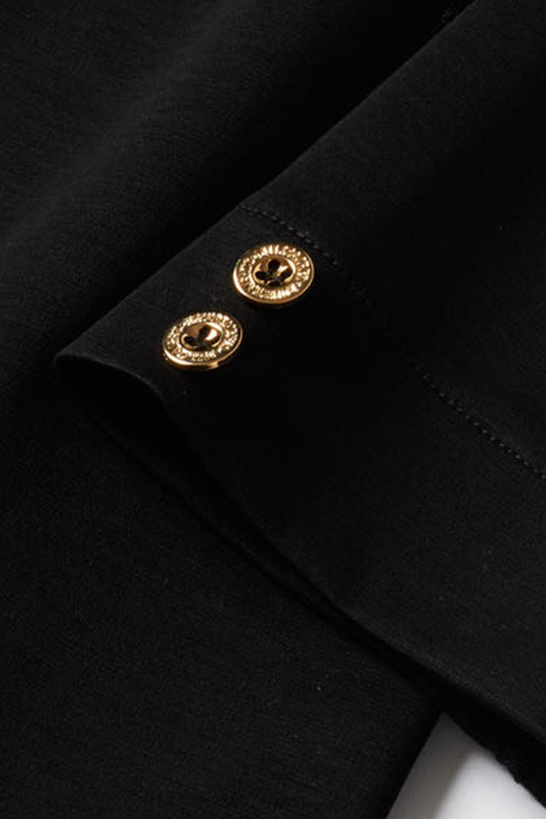 手首を華奢(きゃしゃ)に見せる九分袖に。アクセントになる袖口のゴールドボタン。
