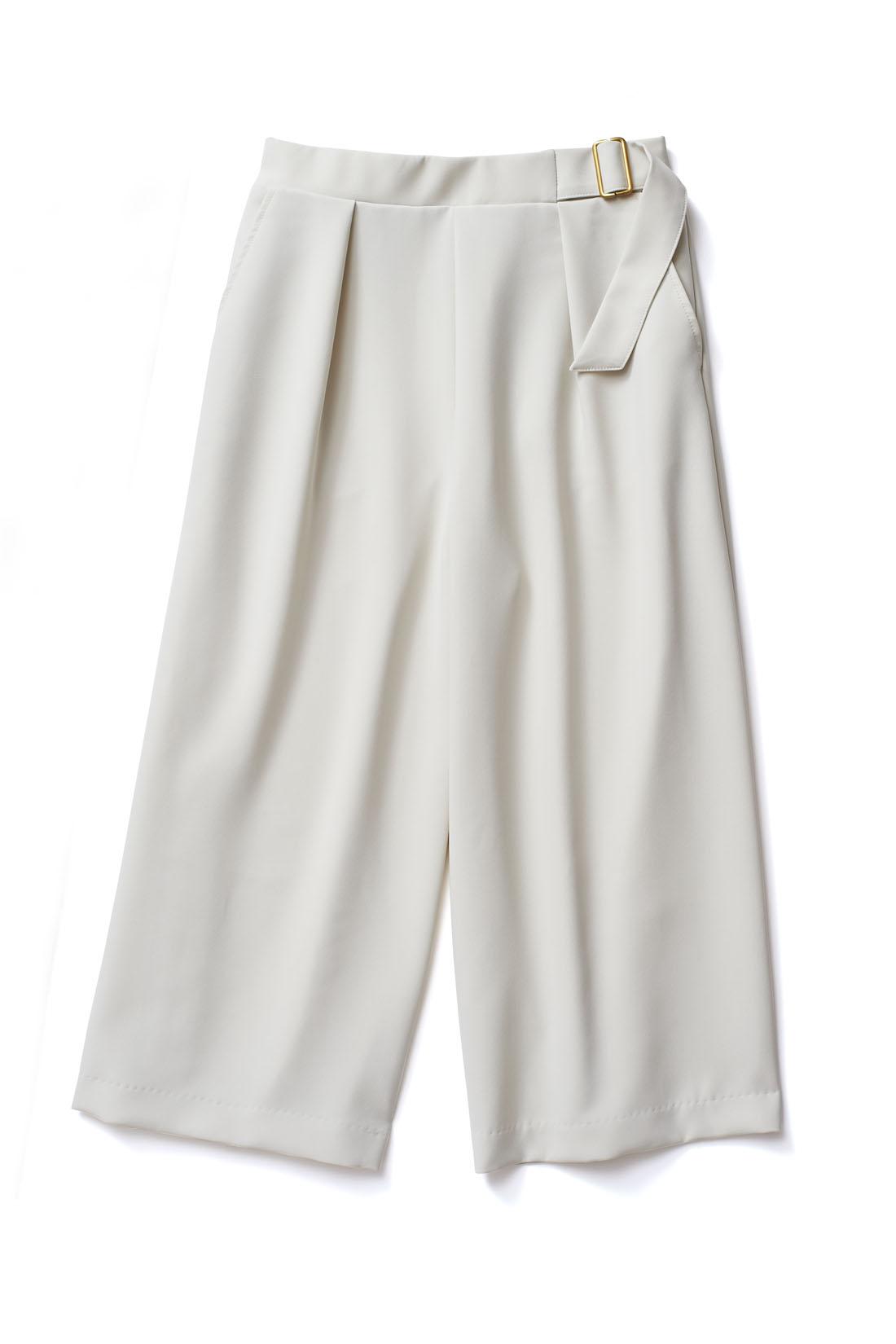 スカート感覚ではける大人仕様のデザイン。ふくらはぎが隠れる丈感は脚の一番細い部分のみが見えるから、すっきりした印象に。