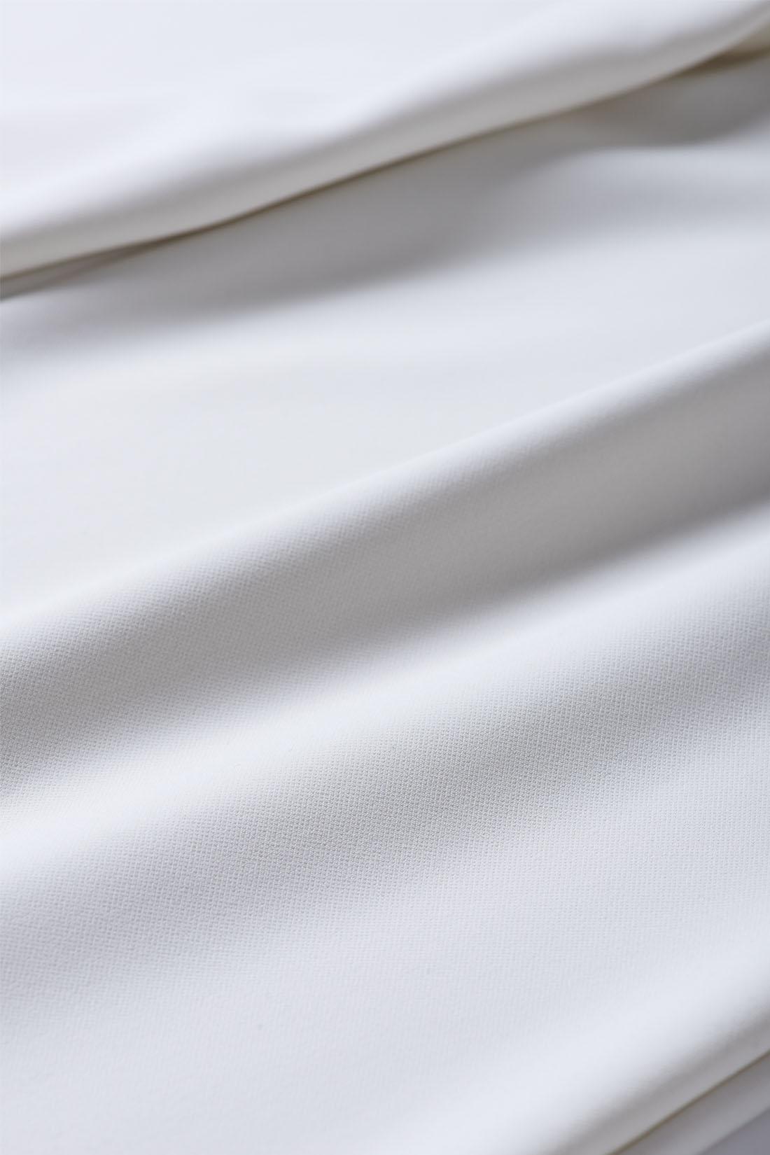 やわらかくふくらみ感のある二重織り素材は、滑らかでとろみがあり、はき心地抜群。淡色でも透けにくいのもうれしい。