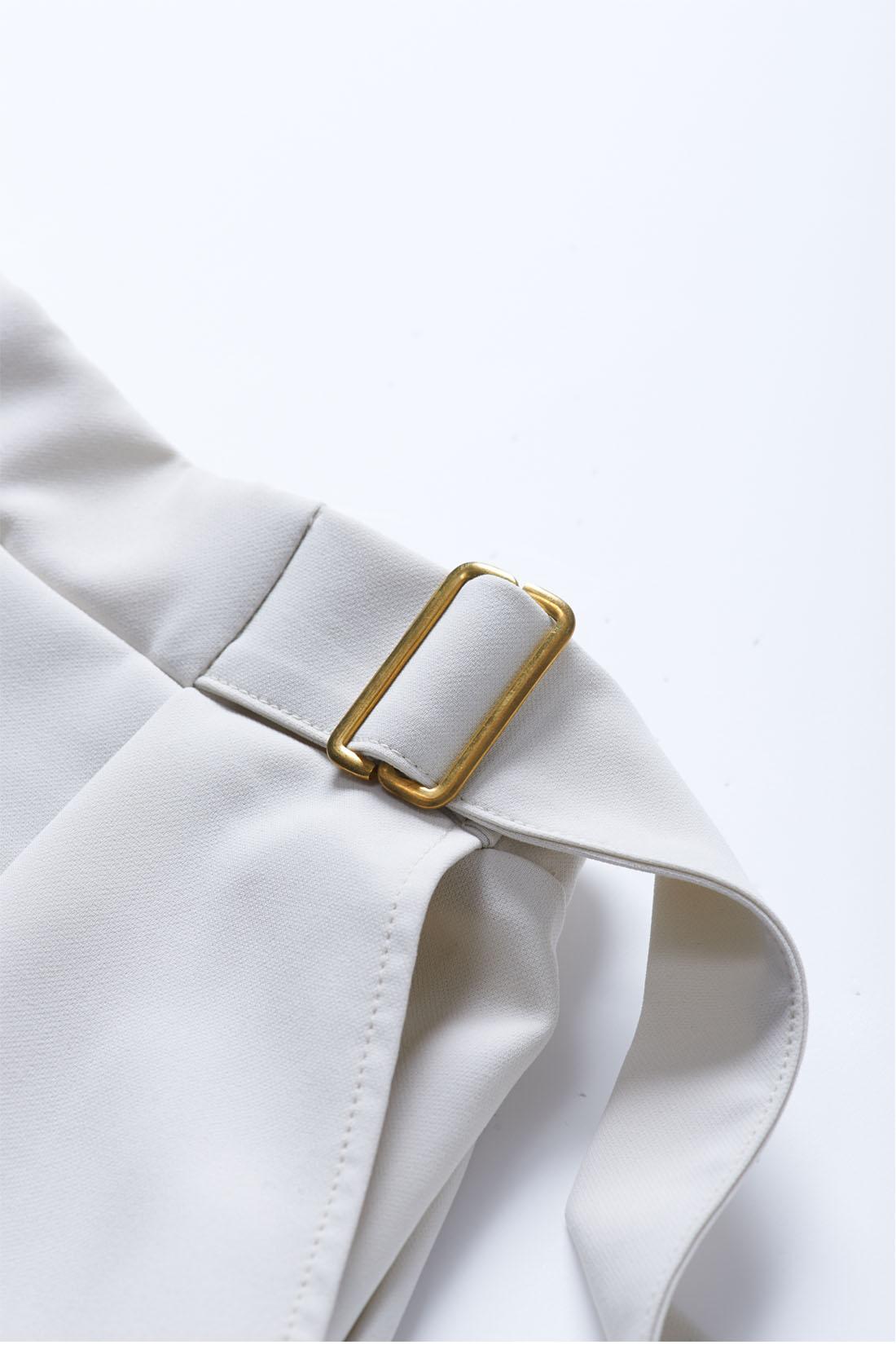 飾りのベルベットデザインはゴールドのバックル遣いがアクセントに。