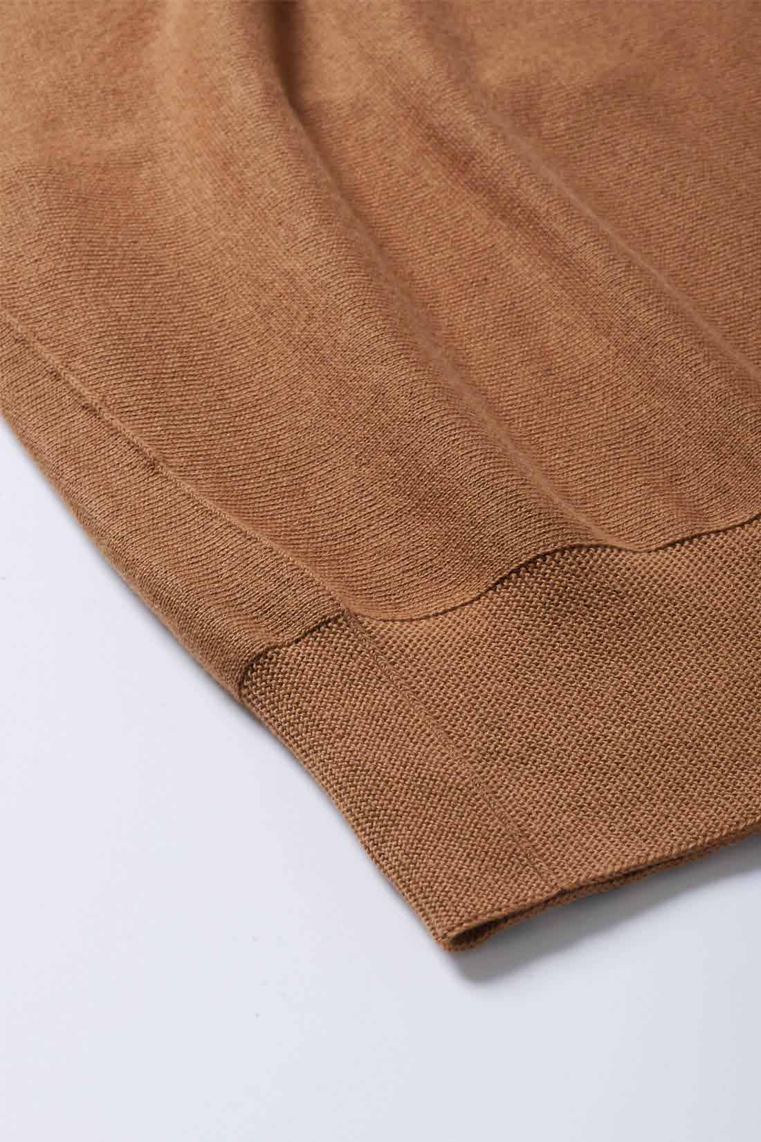 カシミヤ混の綿素材を、厚すぎず薄すぎない12ゲージで編み上げました。