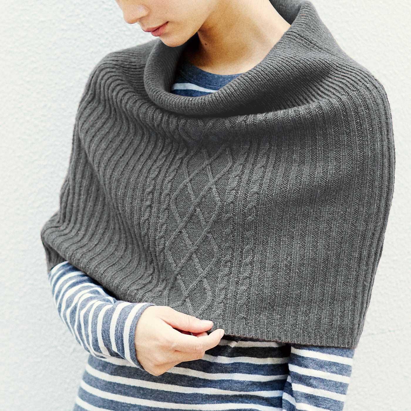 ケーブル編みで視線を上半身に持ってくることで、すらり見せの視覚効果も。
