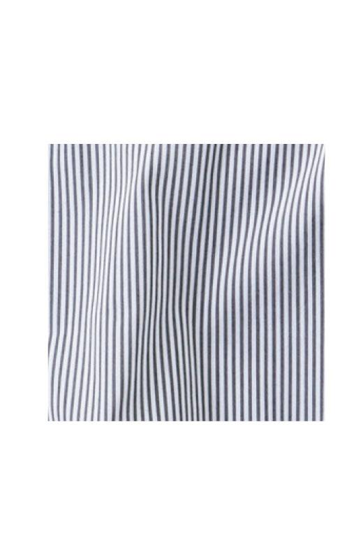 チャコールグレイ×ホワイトの涼しげなストライプ。しわになりにくく、洗いざらしで着用OKな素材です。