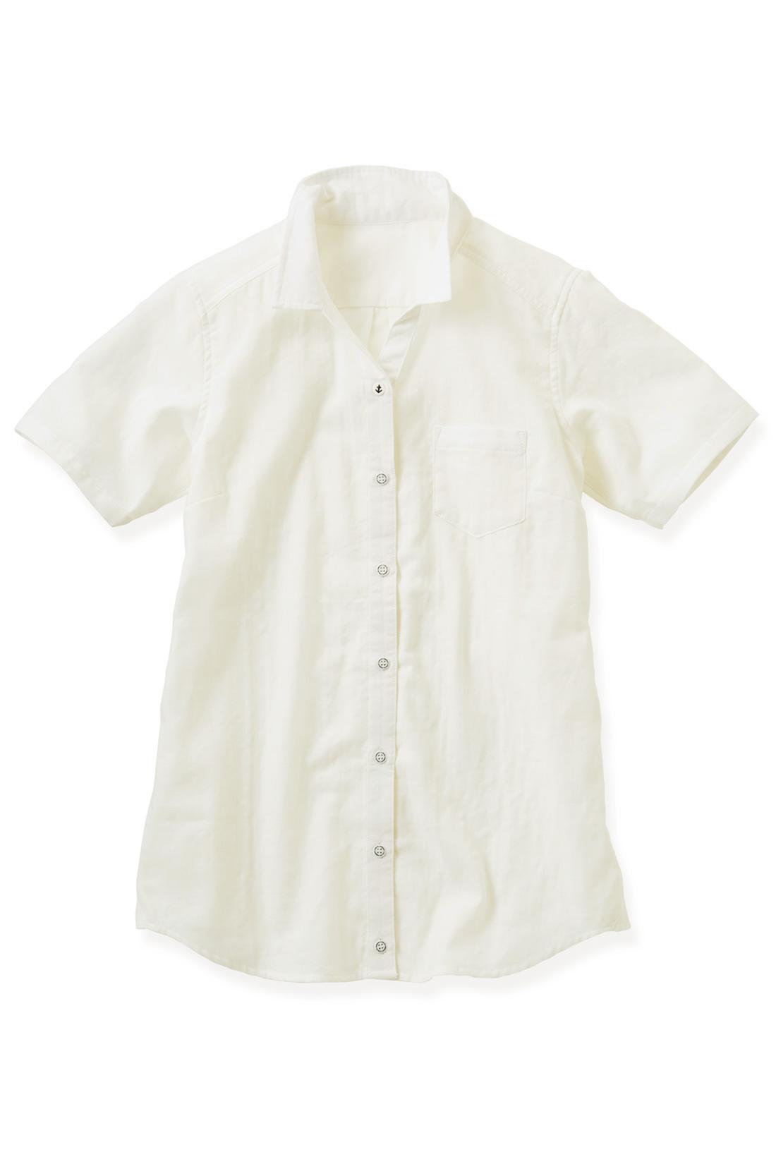 永遠の定番カラー【オフホワイト】 やや長めの半袖だから、二の腕を自然にカバー。