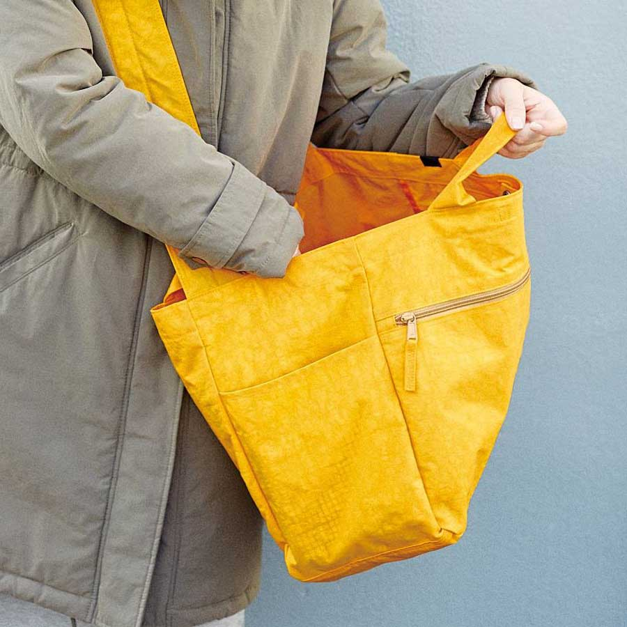 長めのショルダーは、バッグの後ろの方に付けているので、入れ口が大きく開いて、中の物が取り出しやすい!