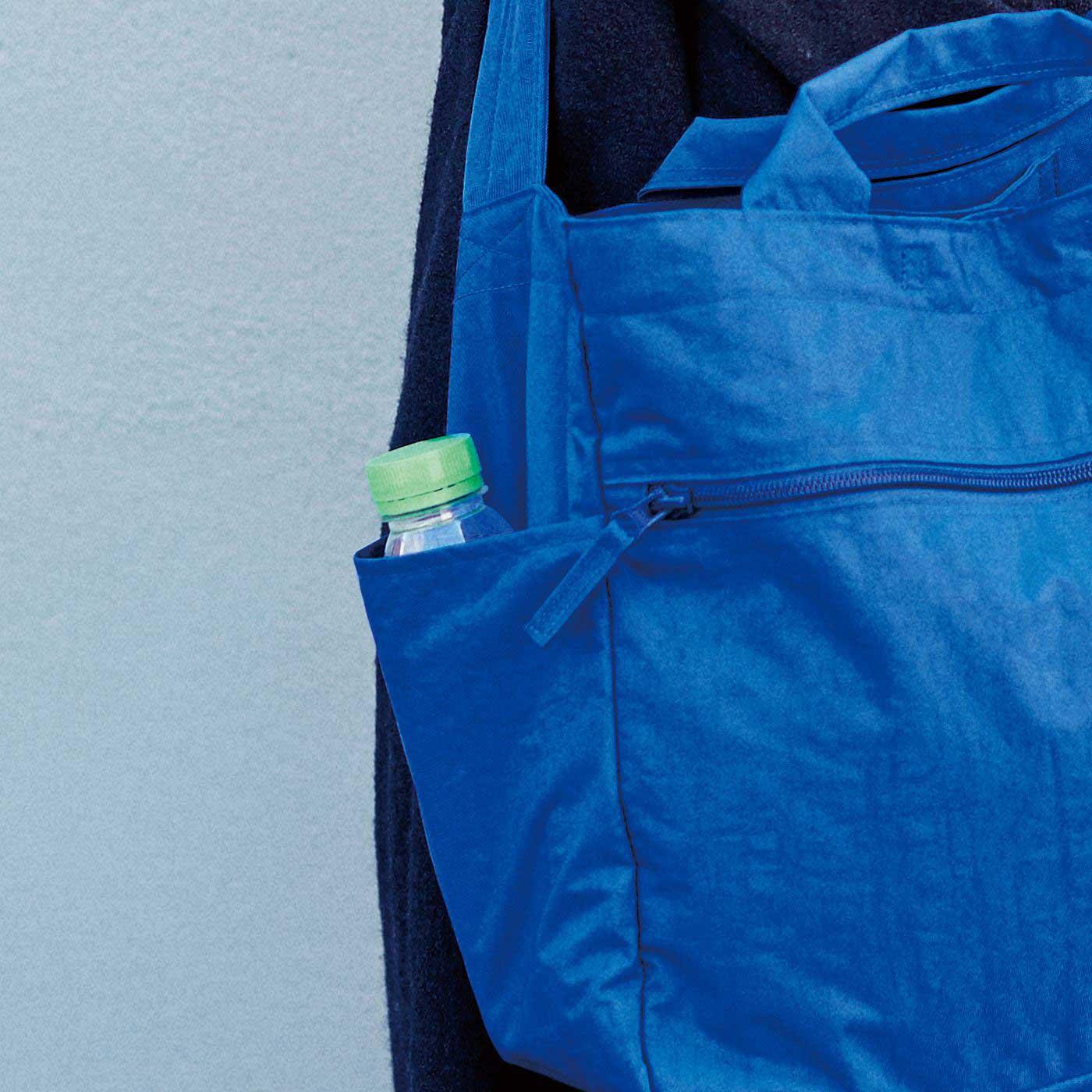 折りたたみ傘やペットボトルが入る便利なサイドポケットも。