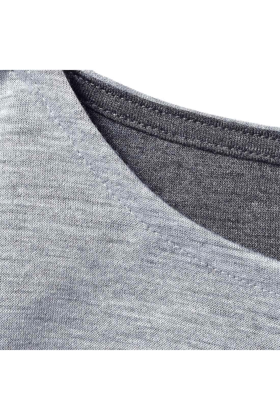 薄手のカットソーを二枚重ねた素材だから、すそが揺れるたび裏の色がチラりとさりげないアクセントに。