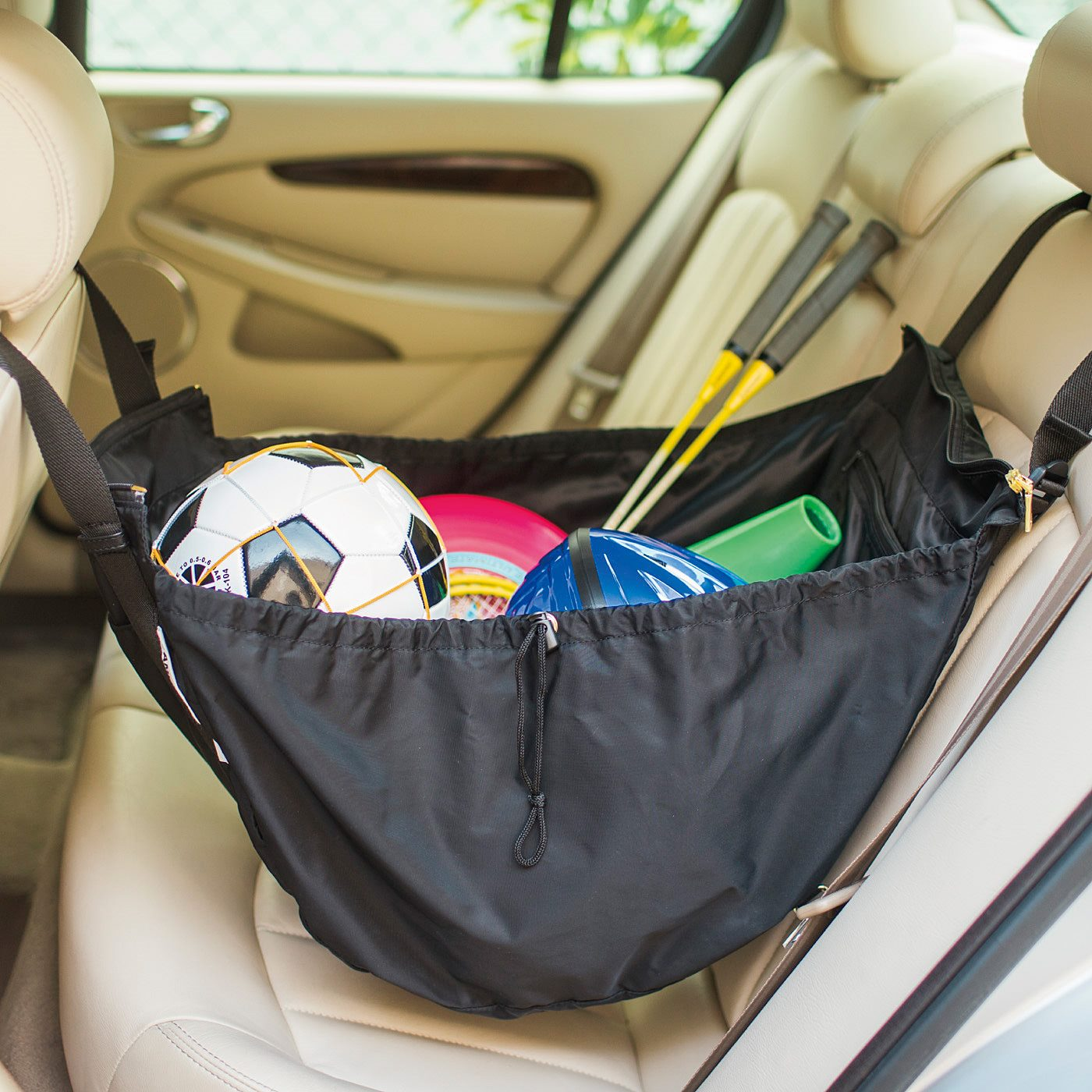 ハンモック掛けでたっぷりの荷物もおまかせ 車の中のレジャー道具などをガサッとひとまとめに。