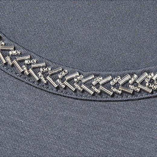 ワンピの衿ぐりには、華やぎビーズ!ひとつずつ手で縫い付けたハンドメイドです。