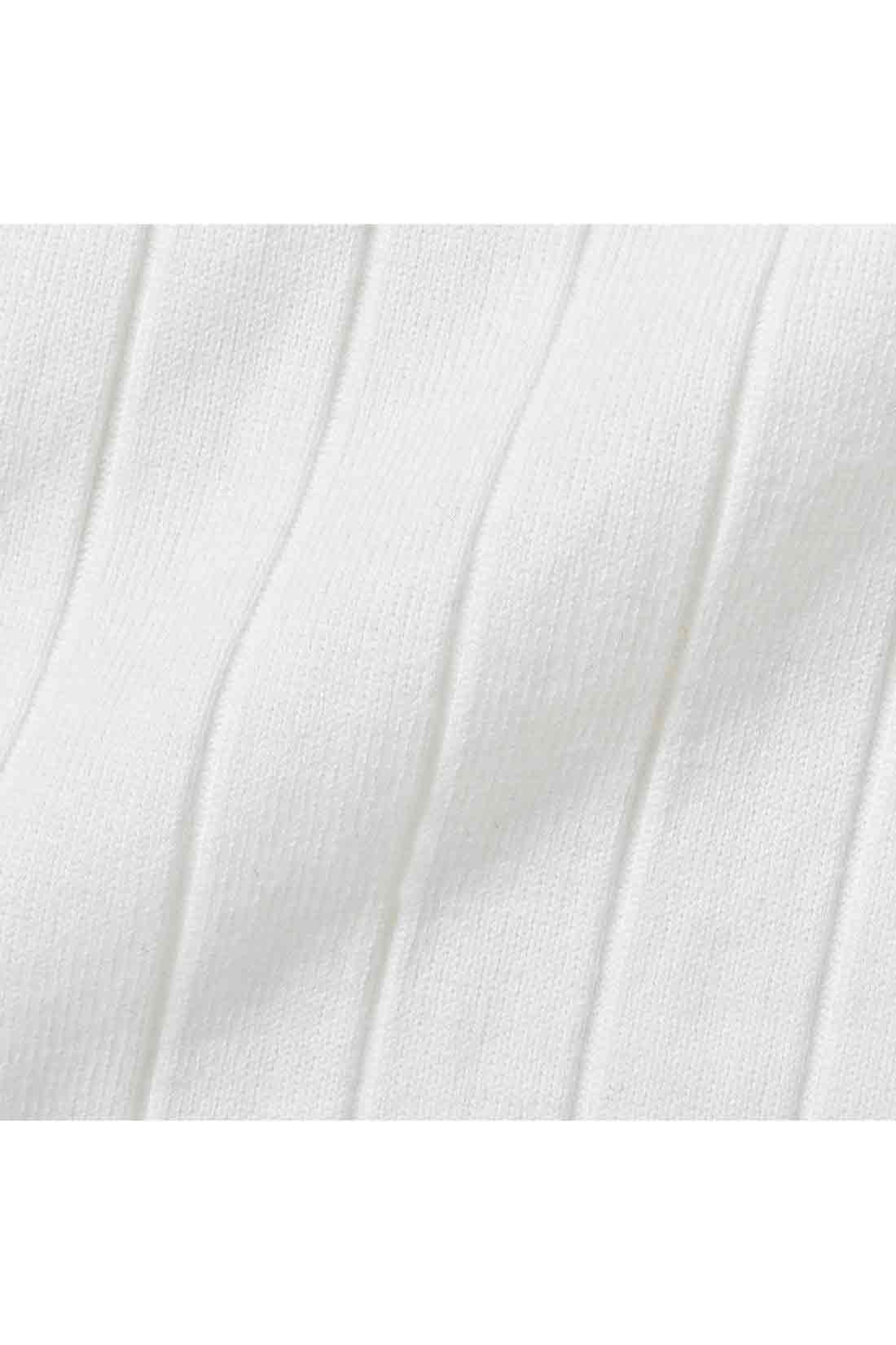 ポリエステル混の綿素材で、ほどよい厚みと張りがあるワイドリブは、からだのラインを拾いにくいです。