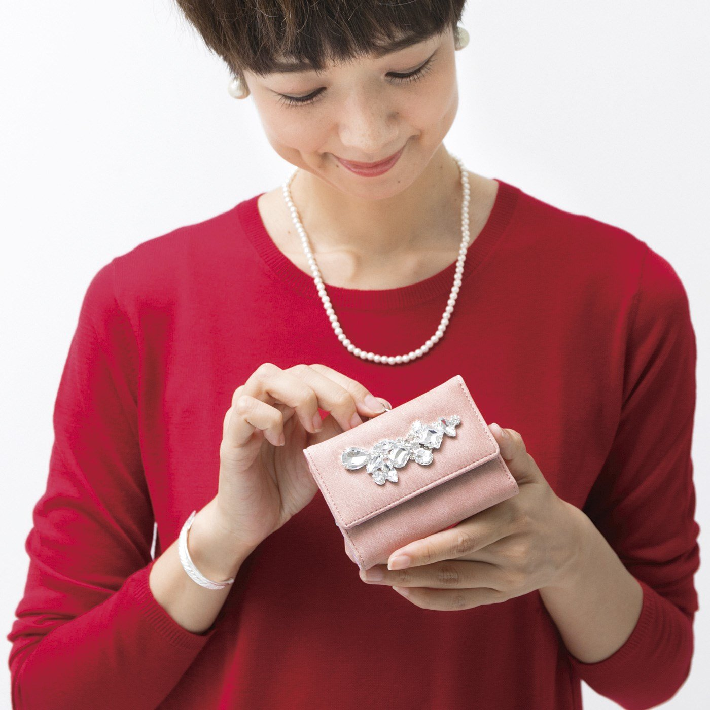手のひらの上できらめく宝物!コンパクトでしっかり者のビジュー付きミニマム財布の会