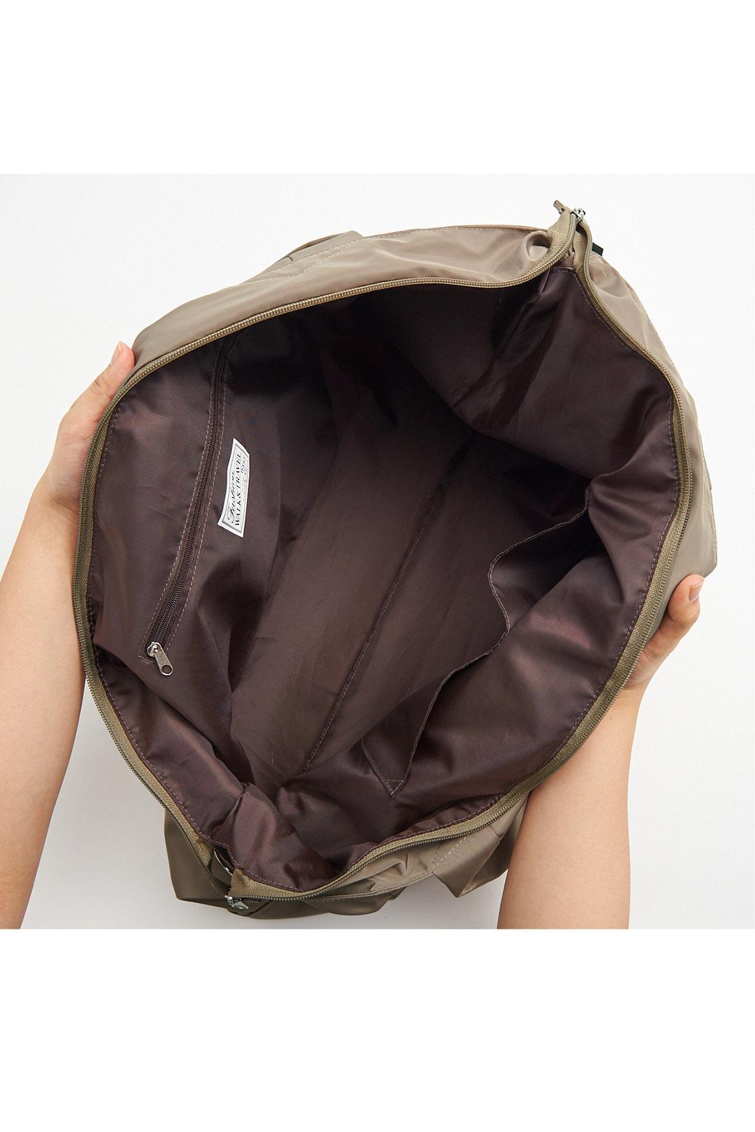 ファスナーポケットと便利な小分けポケットを装備。ざっくり入れて出し入れしやすく、まち幅もたっぷり。 ※お届けするカラーとは異なります。