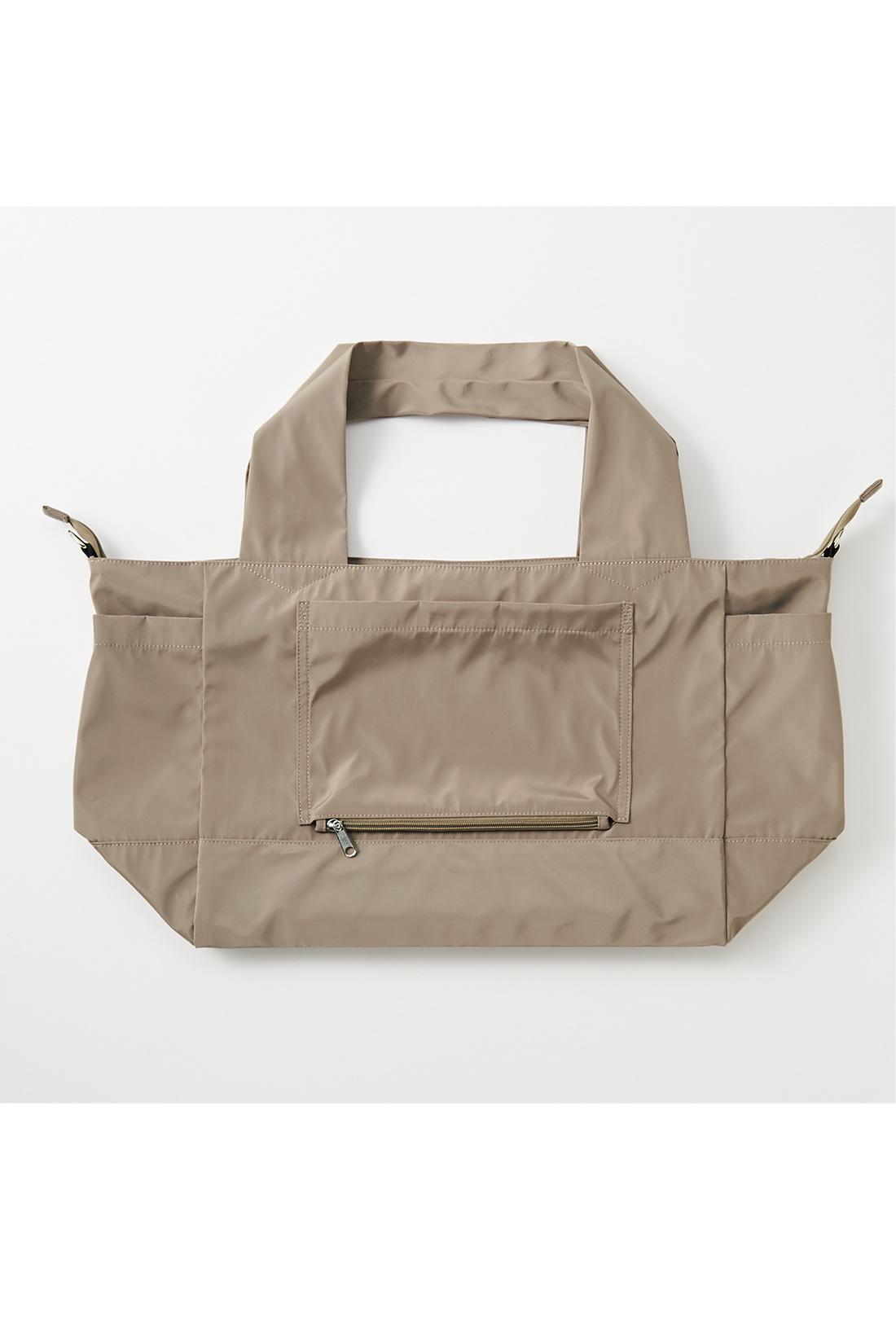 使わないときはぺたんとたたんで、おみやげ用のバッグとしてスーツケースに忍ばせておいても◎。 ※お届けするカラーとは異なります。