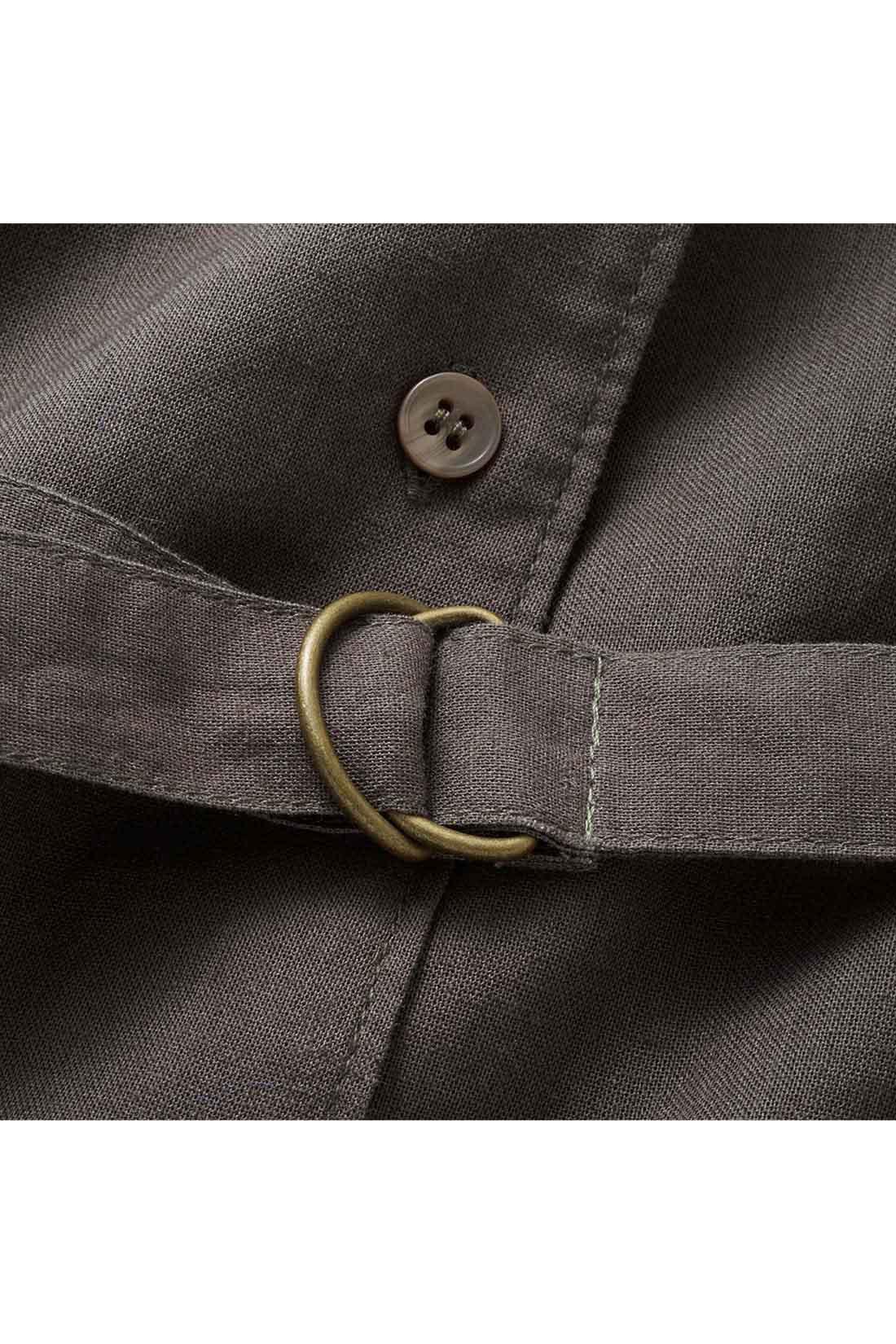 マーブル調のボタンとウエストのアンティークゴールド調のDカン遣いで、大人のかっこよさをディテールで表現しました。