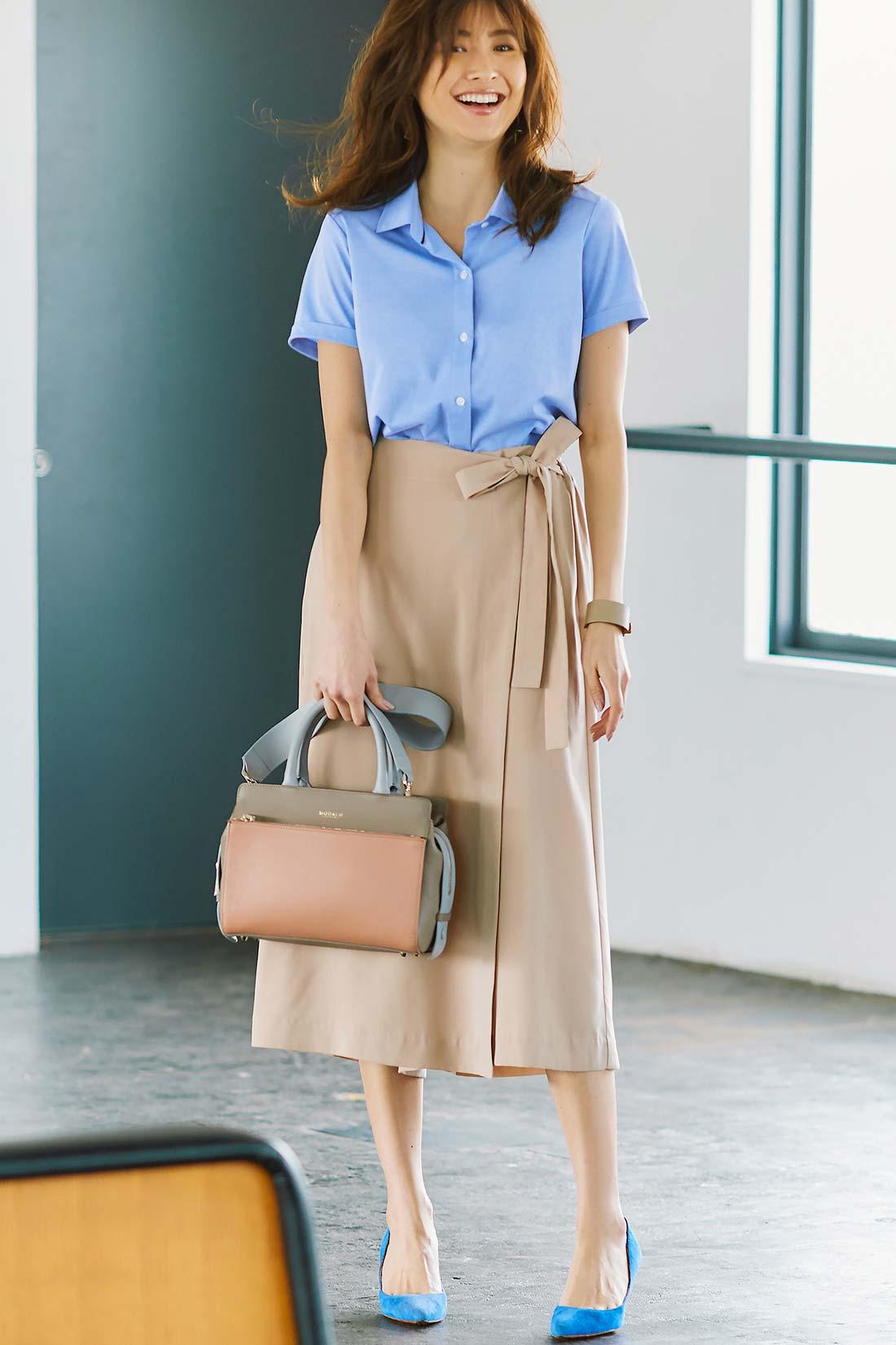 Tシャツ級の着心地と、端正な美シルエット。ウエストインすれば知的な着映えスタイルが完成。