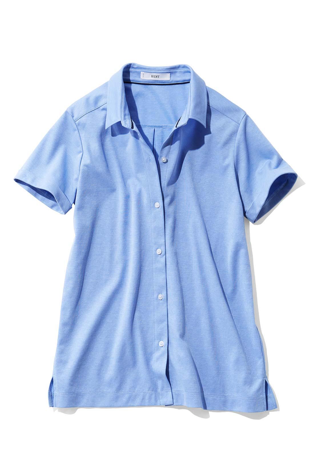 涼しげで端正な〈ライトブルー〉 あえて小さめな衿とボタンが女性らしい印象。 ウエストインもきれいに決まる丈感。
