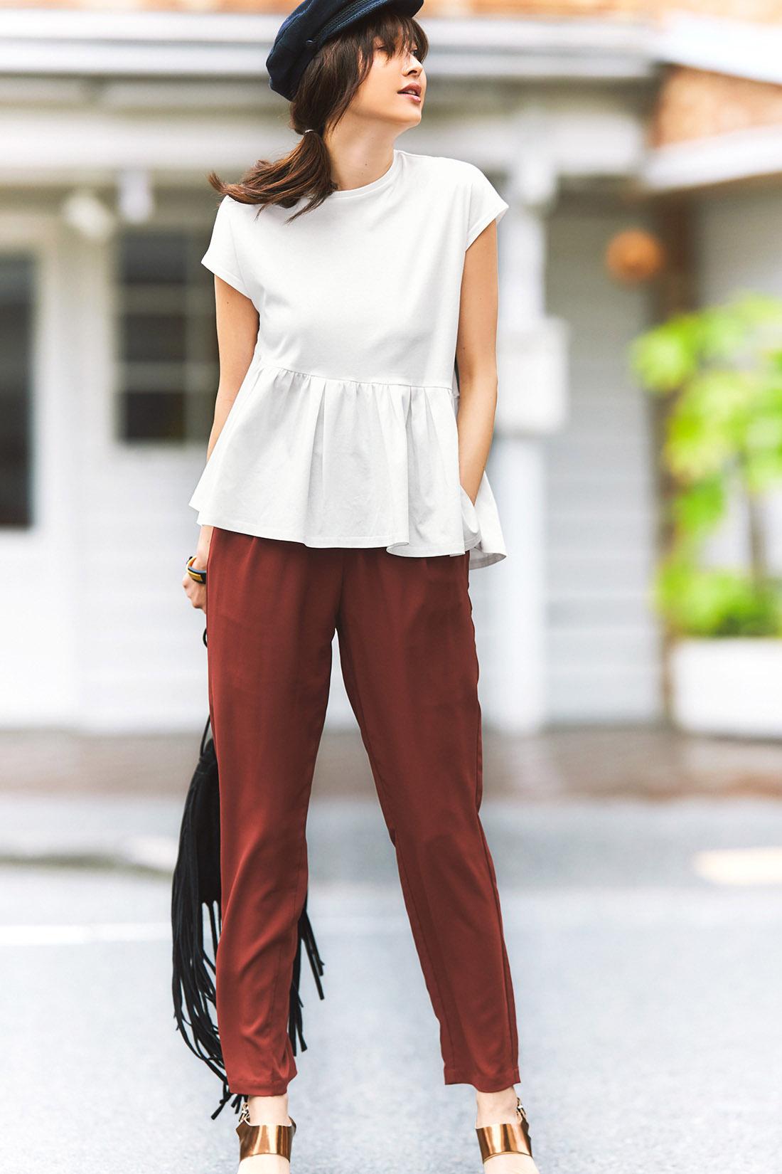 Tシャツやトラウザーなどのリラクシンなアイテムこそ、ディテールやシルエットでスタイリッシュに着こなすのがIEDIT流。旬顔の小物でモードな味付けも忘れずに。