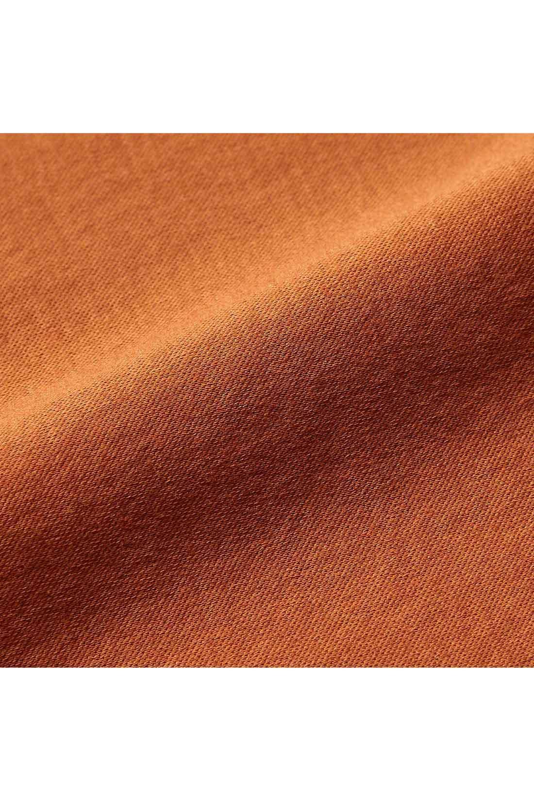 さらりと快適な吸汗速乾加工のシルケット素材 汗ばむ日もさらりとした肌ざわりをキープできる吸汗速乾加工素材で、シルクのような艶やかな表情です。しわになりにくく、気軽に洗濯機で洗えます。