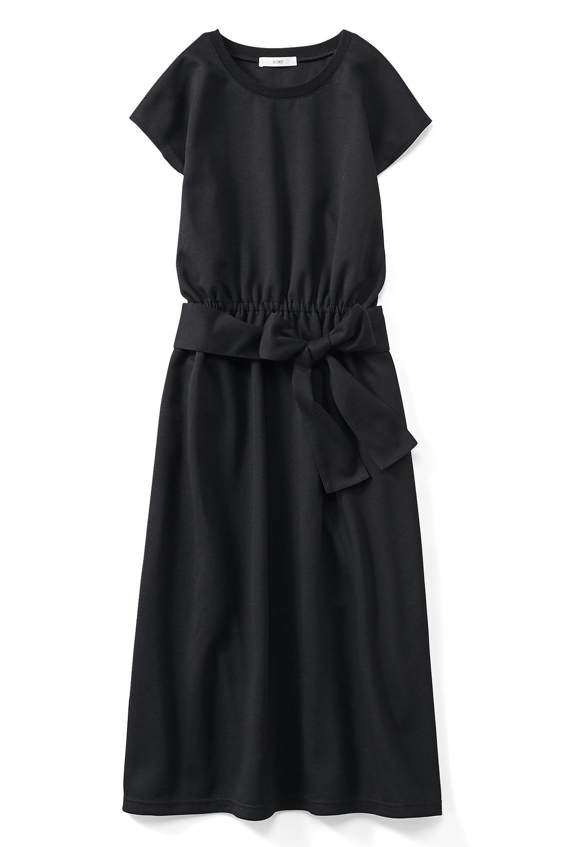 上品かつシックな〈ブラック〉 肩がすとんと落ちて華奢に見える、涼やかで大人も着やすいフレンチ袖。