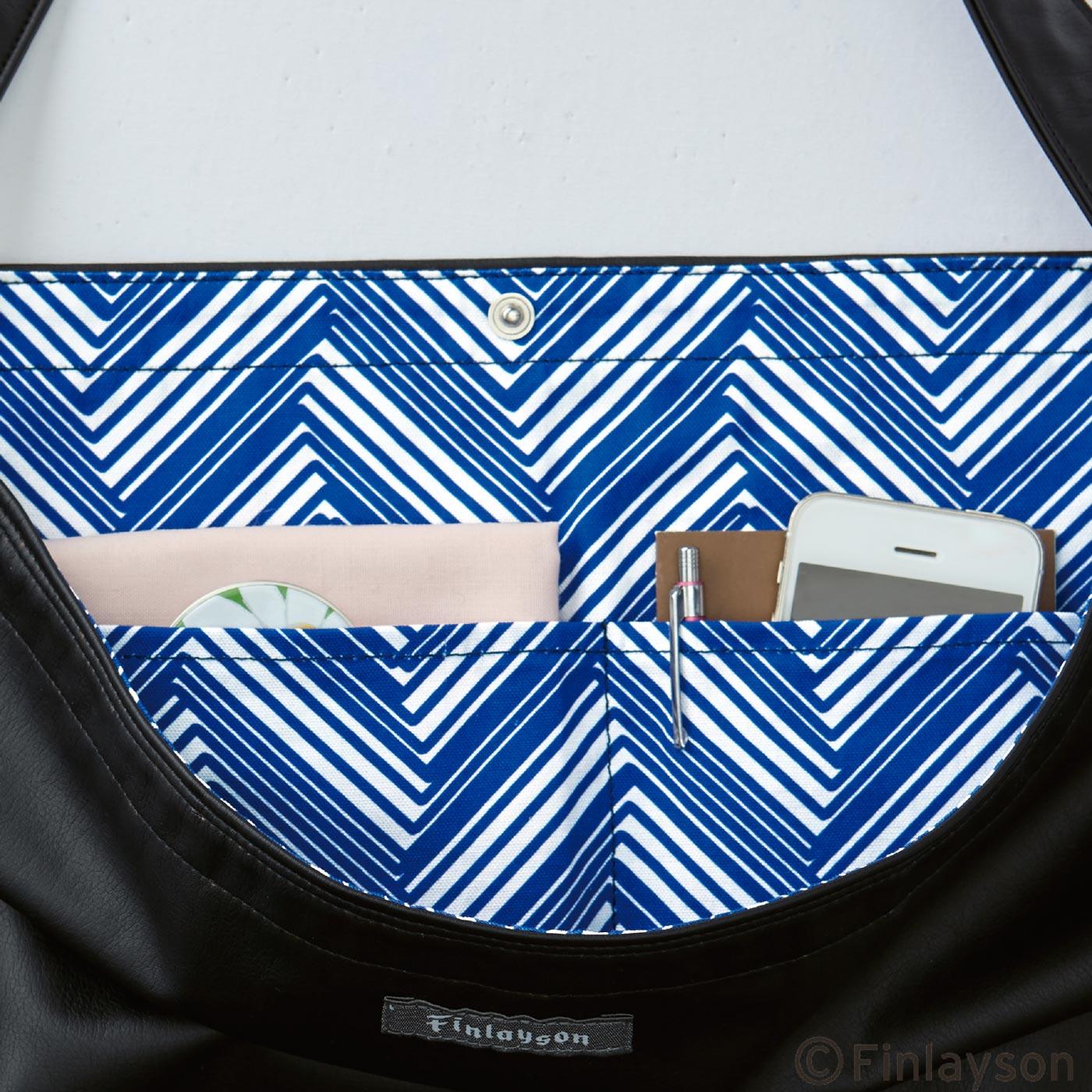 内側にふたつのポケット付き。開口部はスナップボタンで留められます。