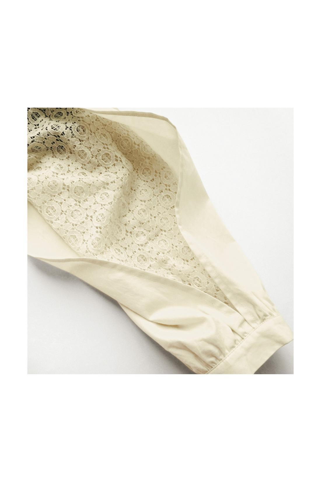 スリットの入った袖の内側にレースの袖がくっついているような構造です。