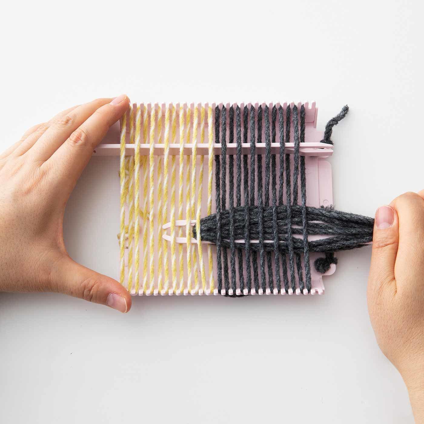 小さいのに本格派! よこ糸の色替えがしやすい織り機