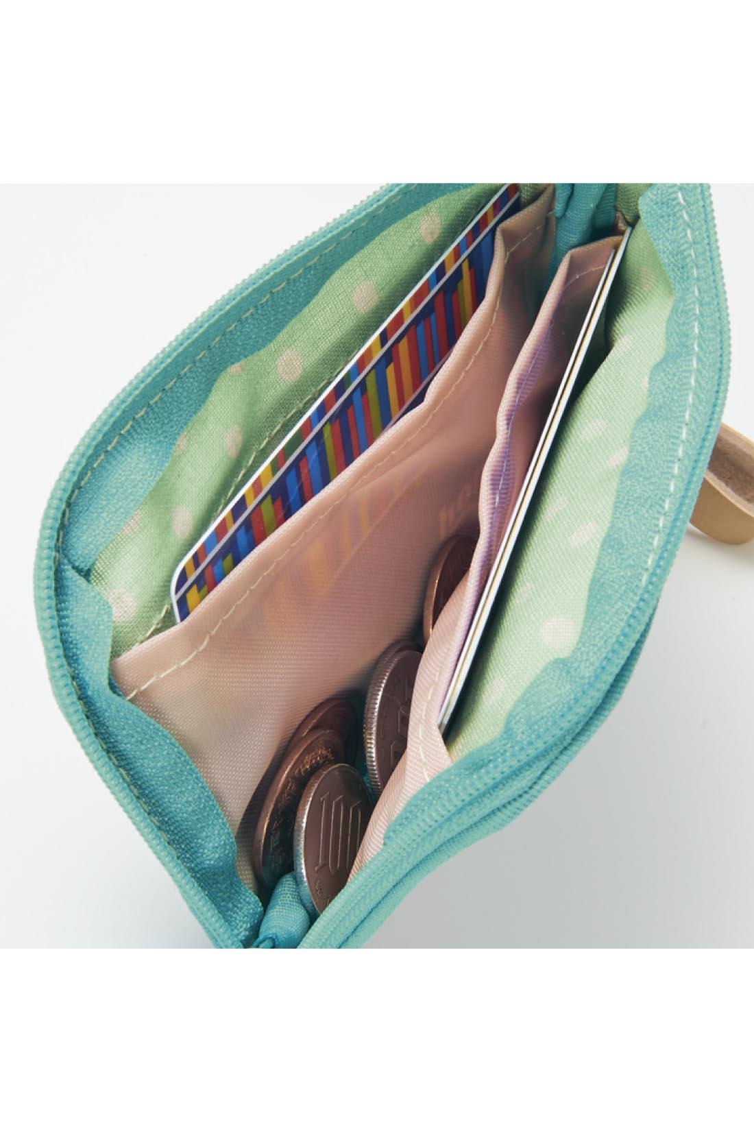 カードや小銭などよく使うものをまとめてIN。