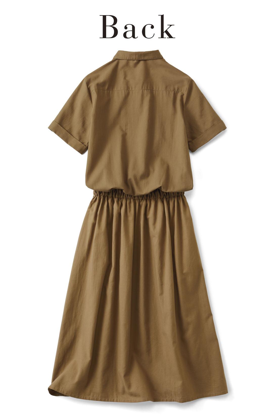 ヨーク切り替えで背中もすっきり。スカート部分はフレアーシルエットで腰まわりや脚のラインをカバー。