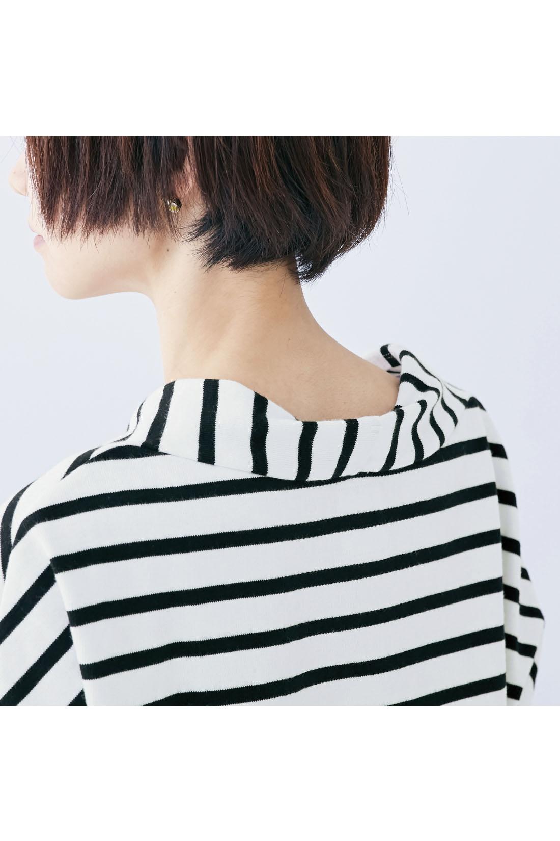 抜け感のある衿ぐりデザインがサッと着るだけでこなれた雰囲気に。
