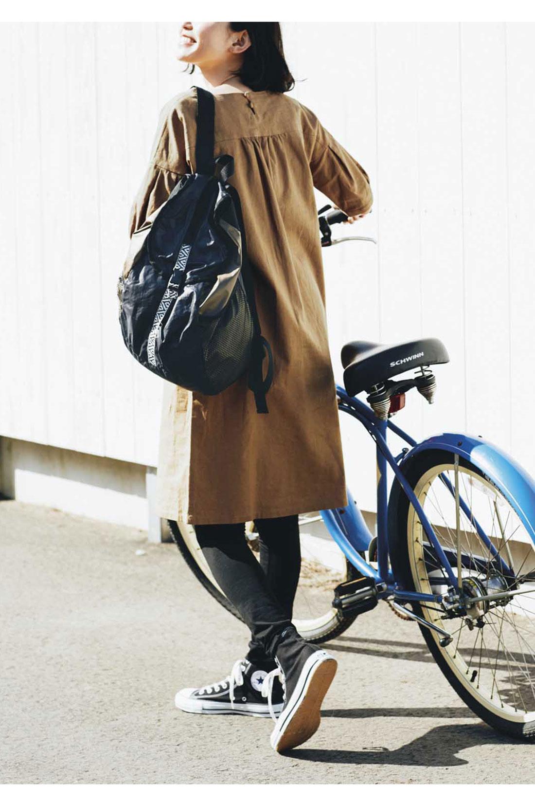 リュックは自転車にも便利。荷物が増えたとき用のサブバッグとして、たたんで持ち歩いても。 ※着用イメージです。お届けするカラーとは異なります。