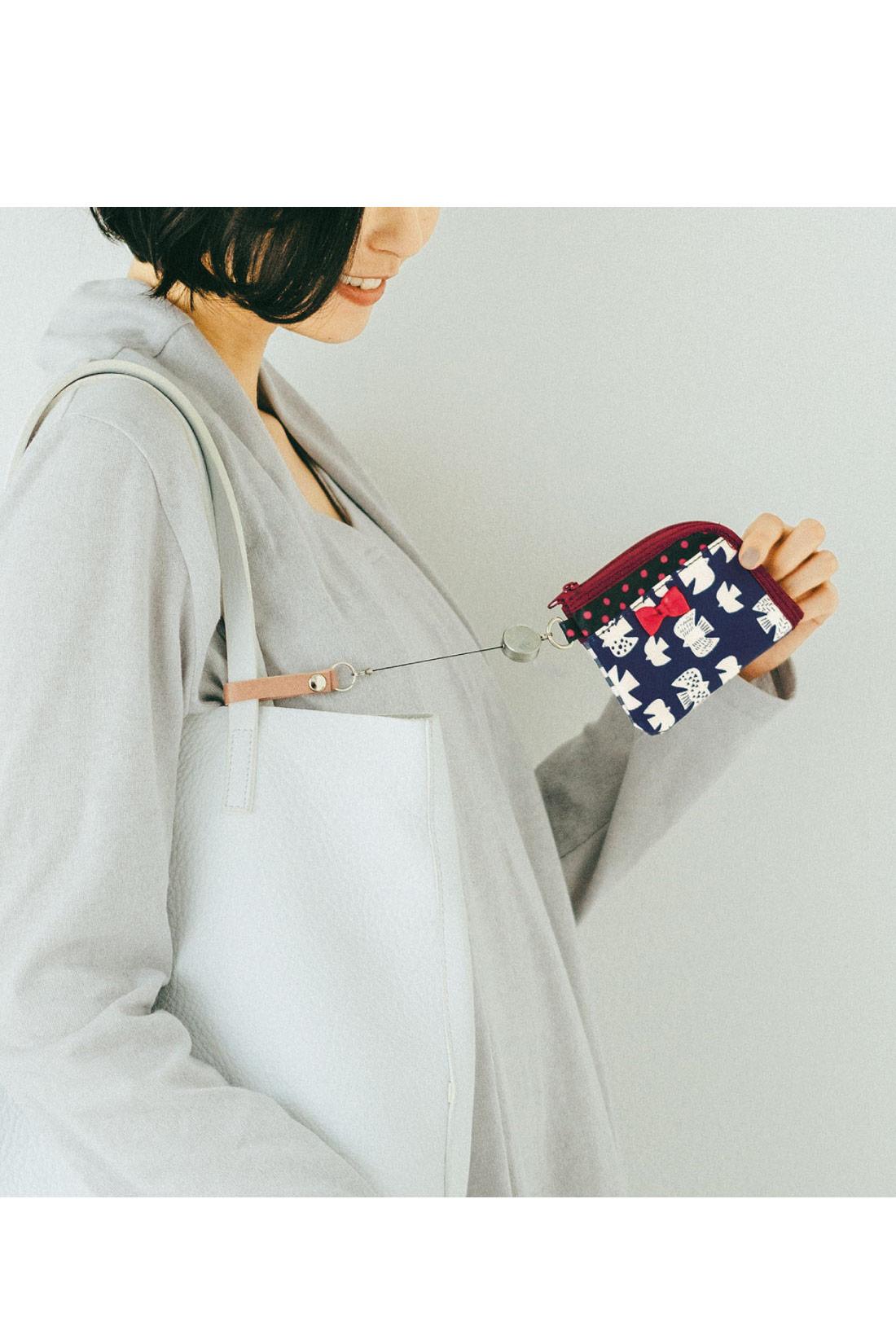 バッグの中で迷子にならないリールストラップ付き。ICカードで電車に乗るときも、持ち手に留めて、びよーんと伸ばしてピッ!でOKです。