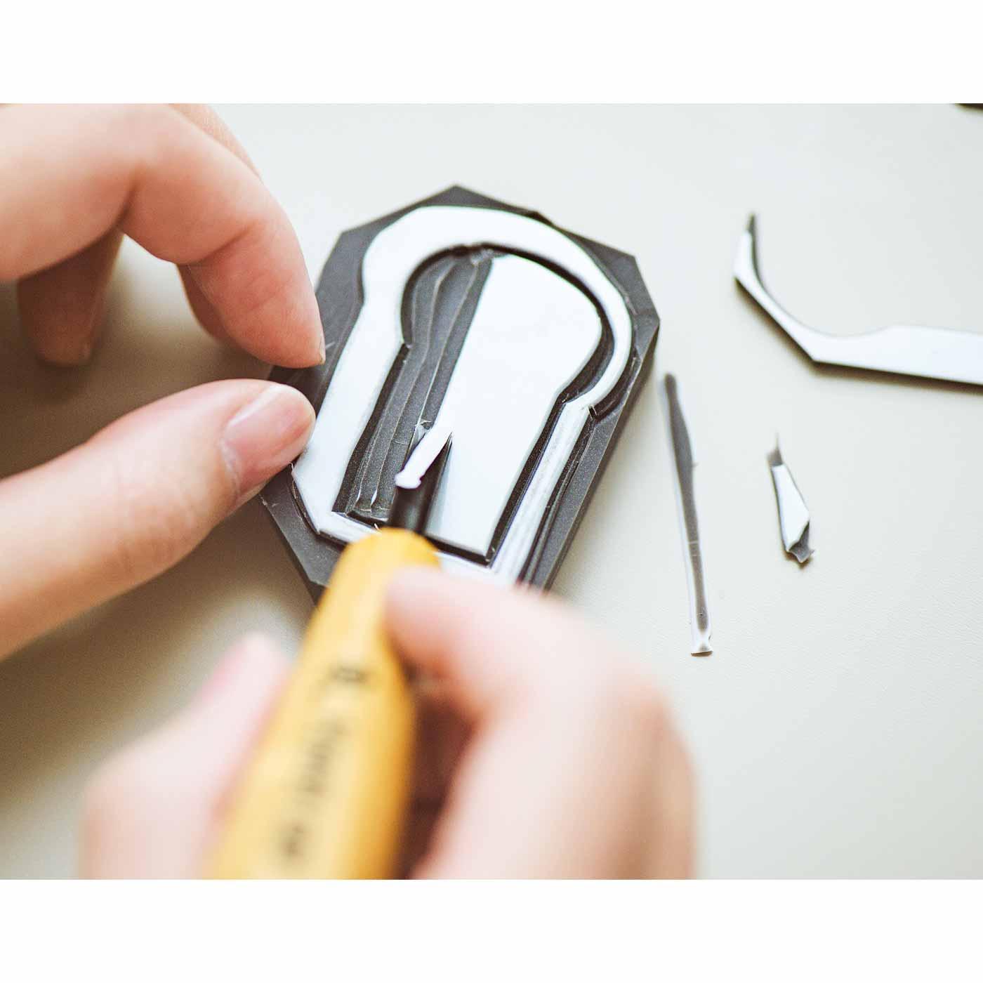 SeeMONO[シーモノ]|消しゴムはんこ作家さんに教わる 彫って押して楽しい 消しゴムはんこレッスンの会|彫刻刀を使って内側を彫っていきます。