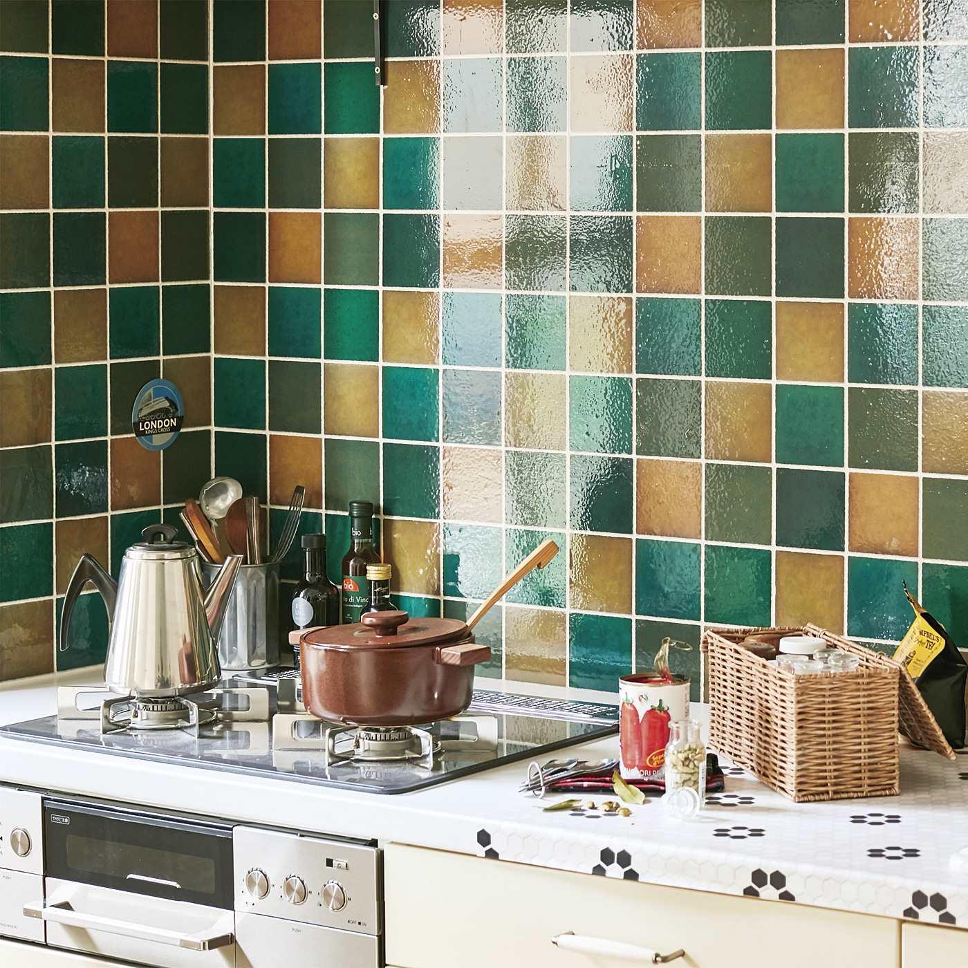貼ってはがせて汚れがふき取りやすい 30cm角のスクエアタイル壁紙シール グリーン ベージュ の会 フェリシモ