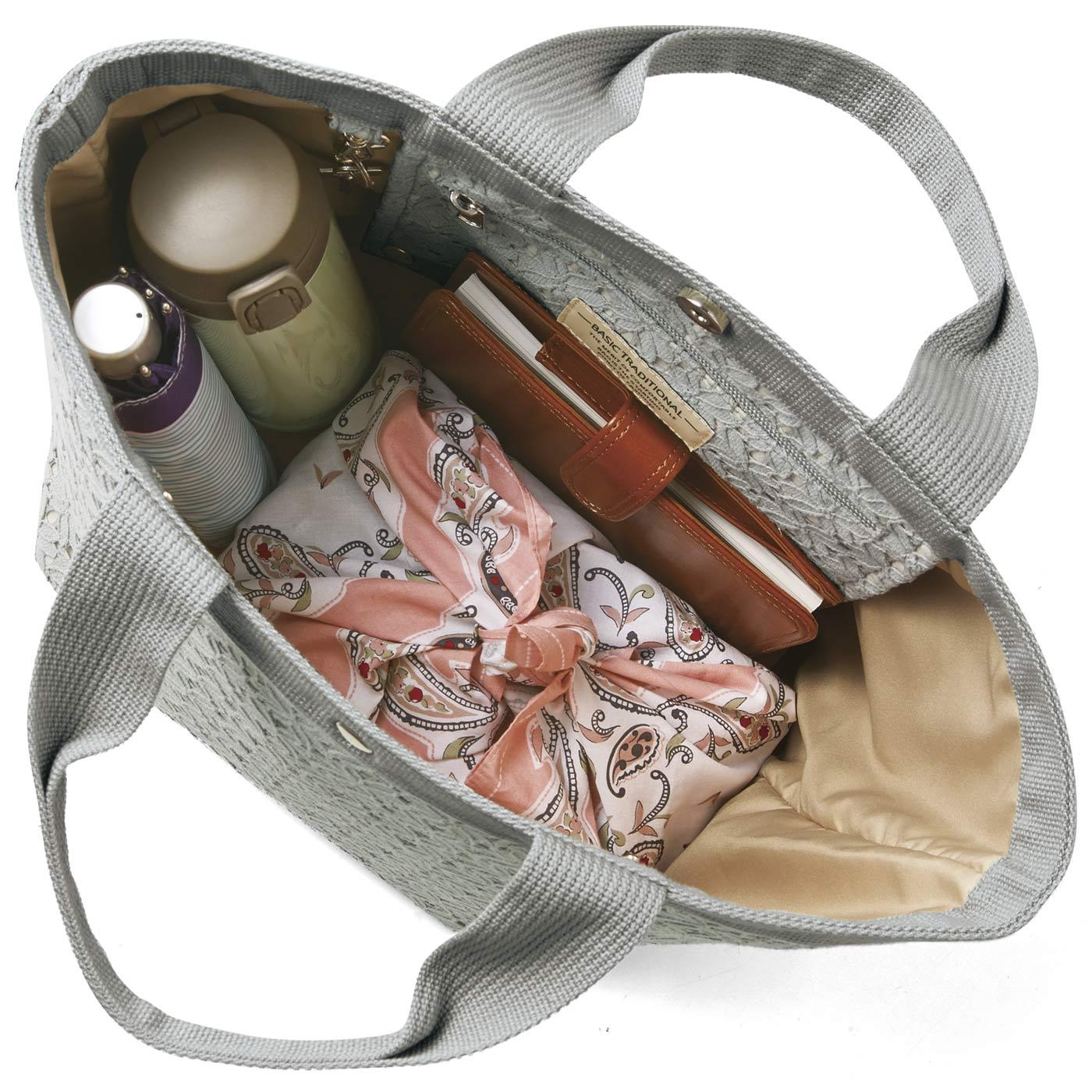 Kraso[クラソ]  底まちたっぷりでいっぱい入るのにシュッと見え さわやかお花レースの自立する大きめトートバッグ お弁当箱や500mℓのペットボトル、長財布など、あれこれたくさん収納できます。