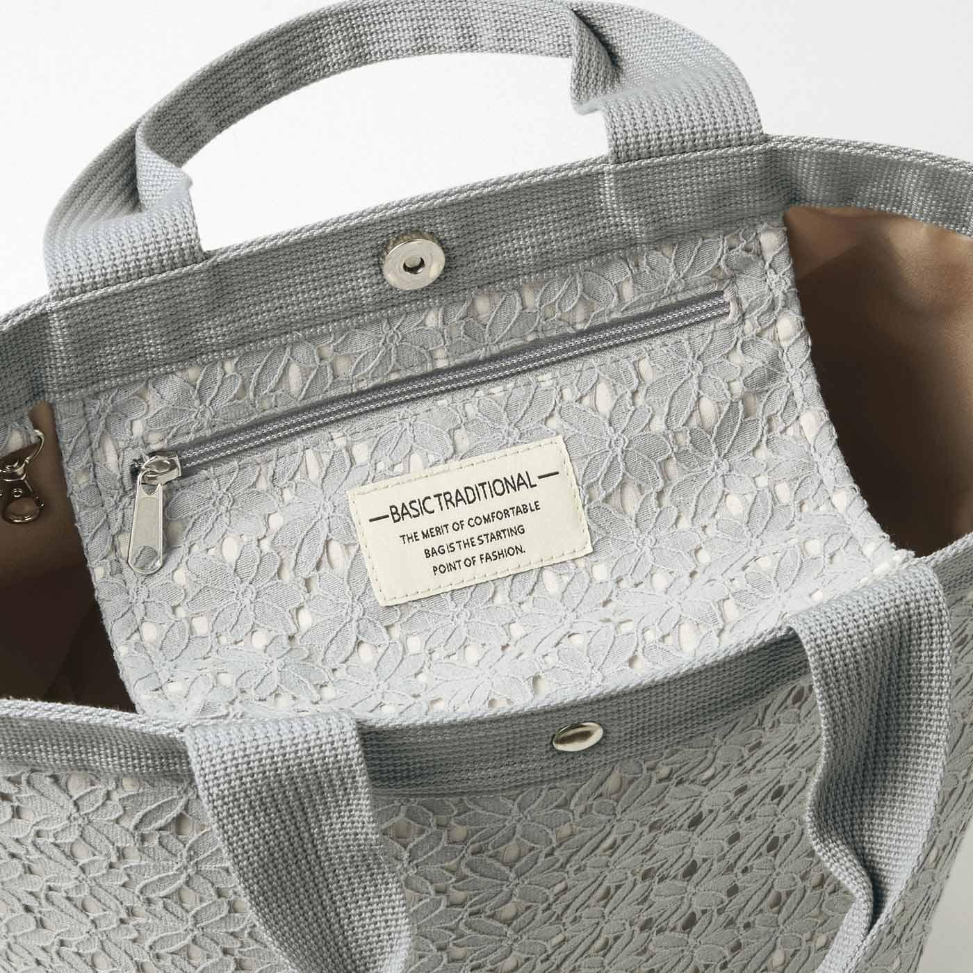 Kraso[クラソ]  底まちたっぷりでいっぱい入るのにシュッと見え さわやかお花レースの自立する大きめトートバッグ 内ポケットをスナップで留めればふたカバーになり、中身がまる見えになるのも防げて安心。