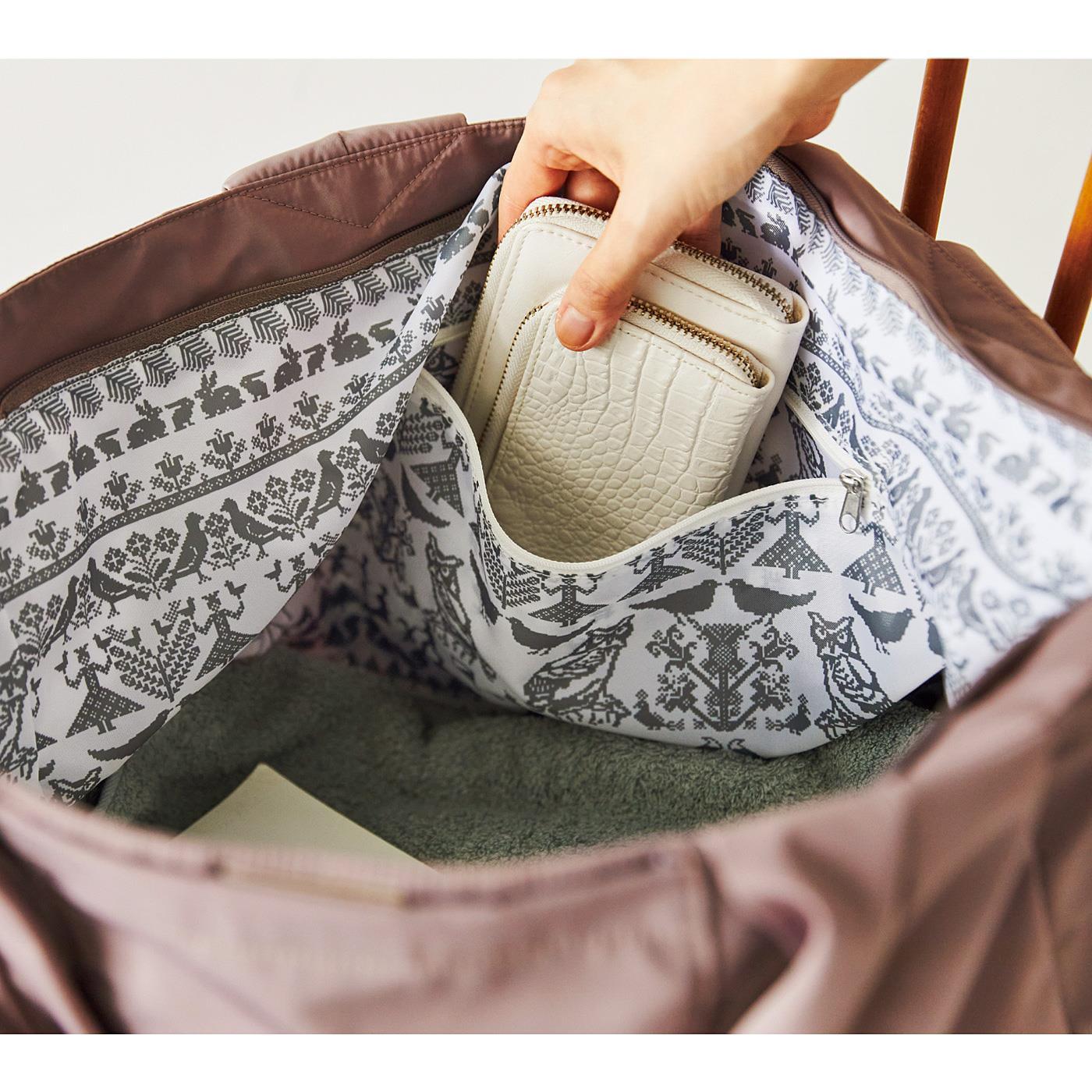 Kraso[クラソ] SAANA JA OLLI サーナ ヤ オッリ やわらか&軽い生地でからだにフィット 7つポケットの大きな2-WAYバッグの会 内側にはファスナーポケットも。
