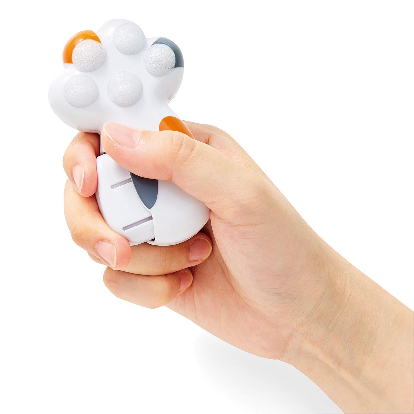 Kraso[クラソ]  携帯できるかわいいマイソープディスペンサー 泡にゃん レバーを数回握るだけ。肉球から泡がもこもこ出てきます。
