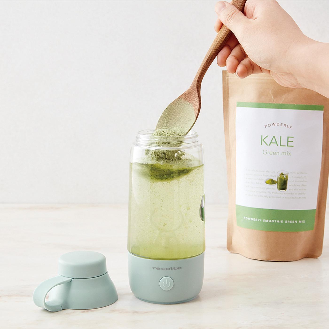 Kraso[クラソ] |溶けにくい粉末ドリンクをボタンひとつで滑らかに そのまま飲める電動シェイクボトル〈ペールブルー〉|作り方1.ボトルに水や牛乳などと一緒に粉末を入れます。