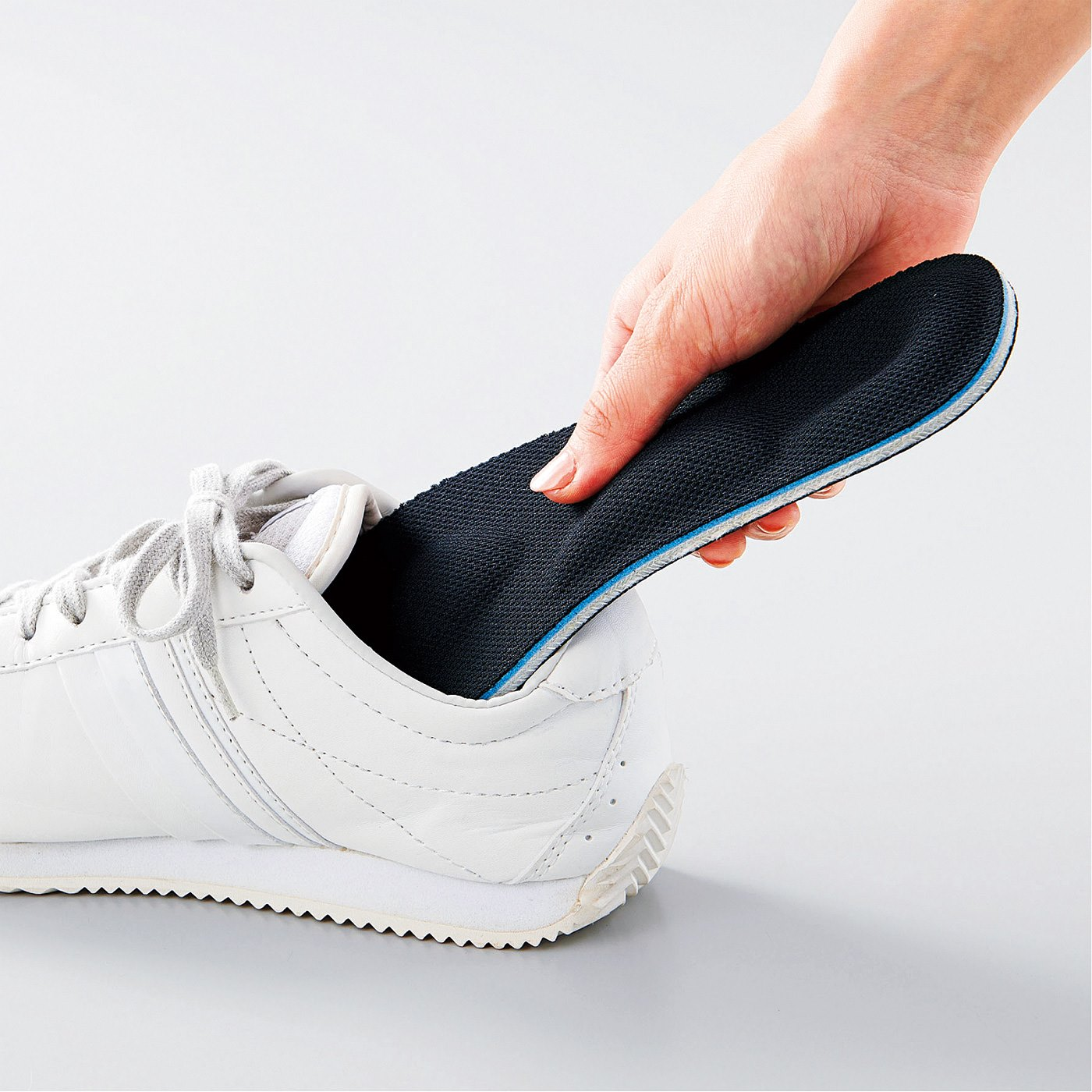 Kraso[クラソ]  くぎやガラス片から足裏を守る 踏み抜き防止インソール足まもりーな〈22.5~23.5cm〉 ふつうのインソールと同じように、靴の中に敷くだけ。