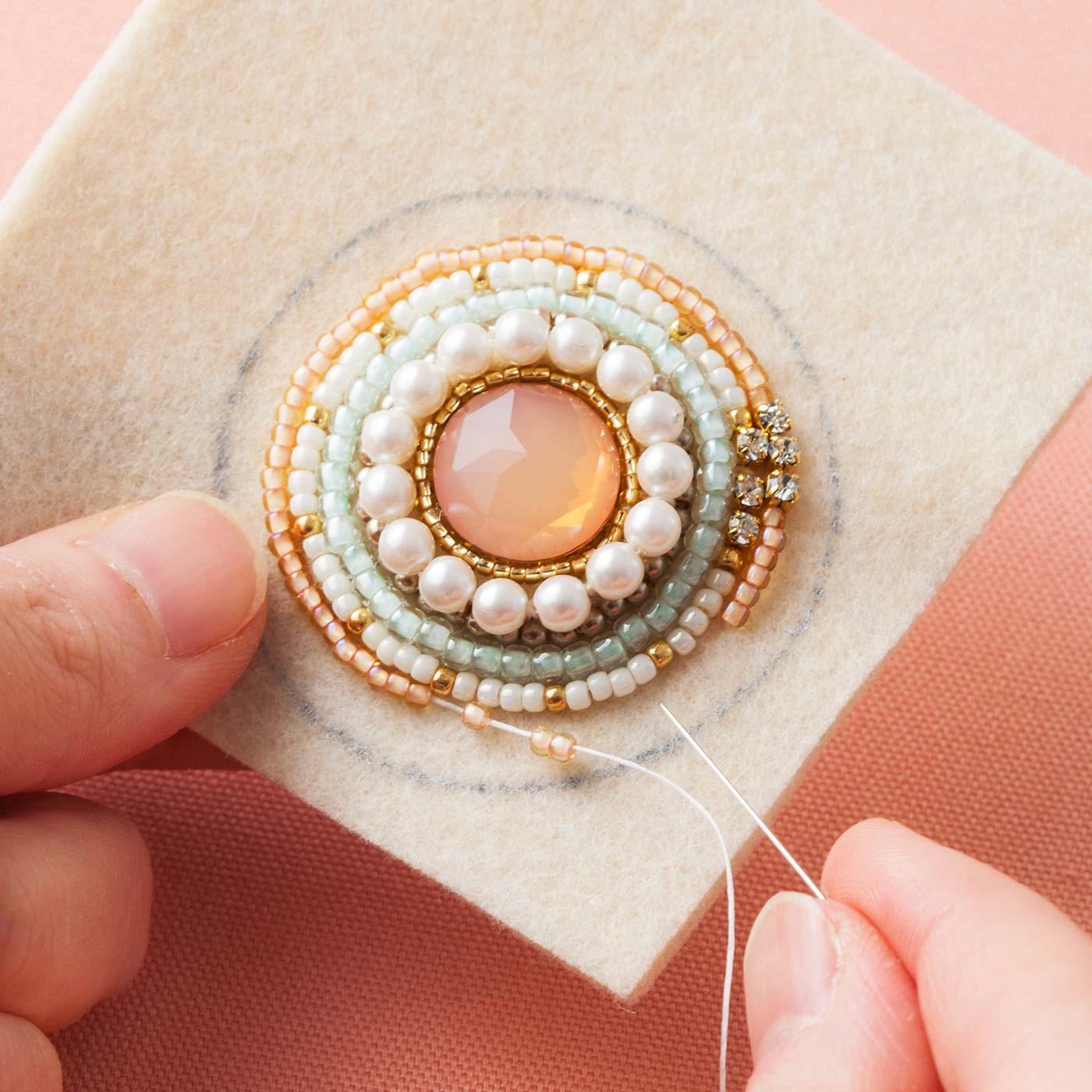 Couturier[クチュリエ]|ぐるぐる縫いとめて ビーズでふちどるきらきらビジューブローチの会|ビジューパーツの周囲をぐるぐるとビーズで縫いとめるだけ!