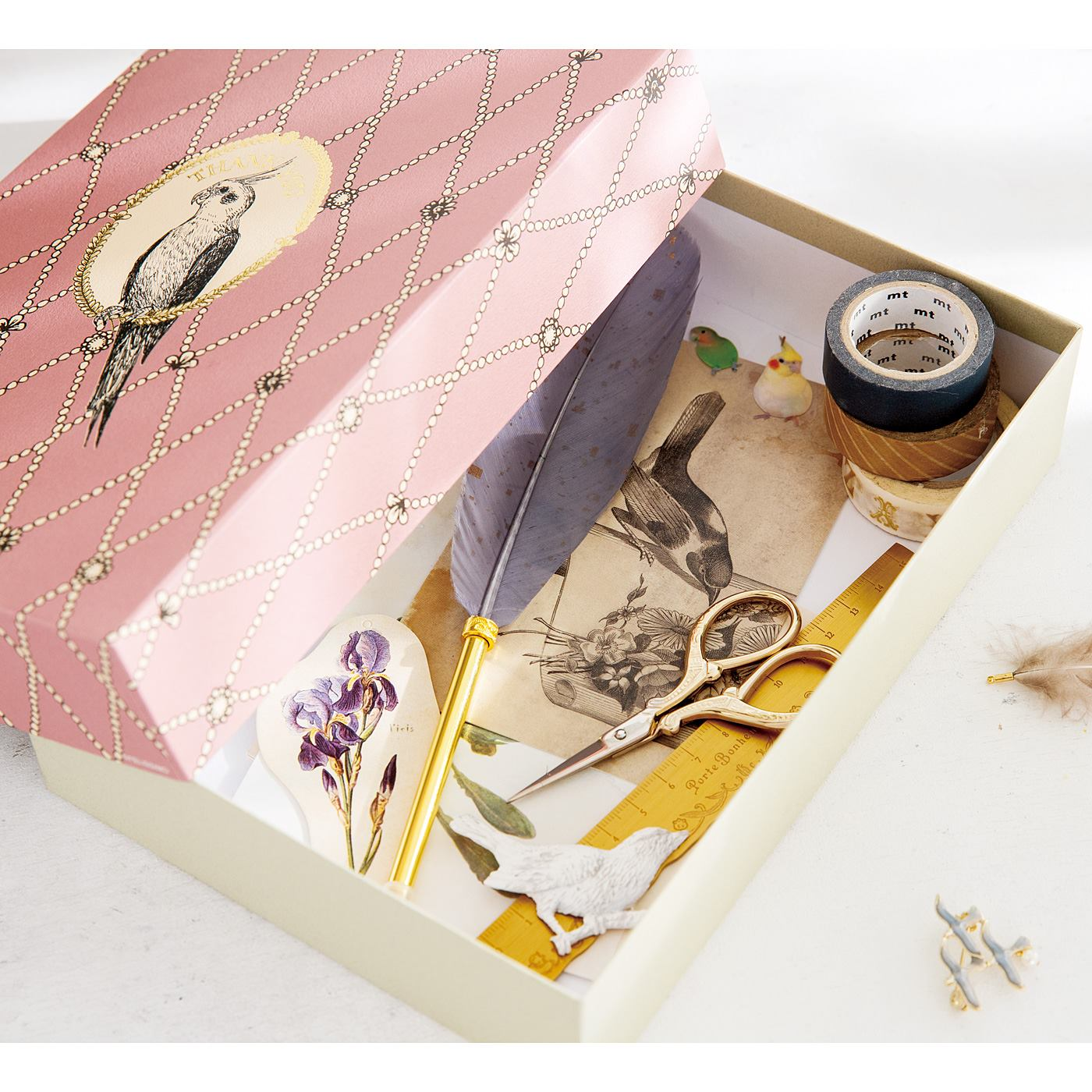 フェリシモメリー|やさしい気持ちを伝える フレンチアンティーク風 小鳥ペーパーアイテムとお道具箱セット|お道具箱は、小鳥飼い仲間へのプレゼントを収納しておくのにもぴったり。ゴールドの箔押しがポイントです。