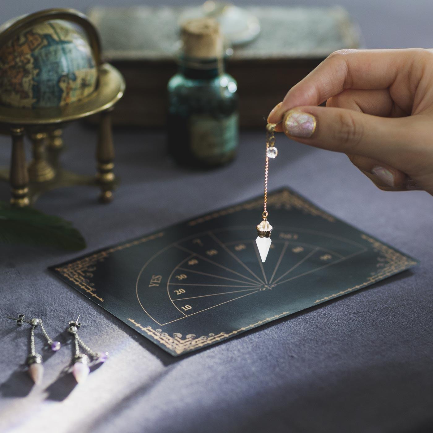 魔法部|魔法部運命切り開く 占いペンデュラムイヤアクセ〈クリスタル〉(ピアス&イヤリング)|運命を占うイヤアクセです。