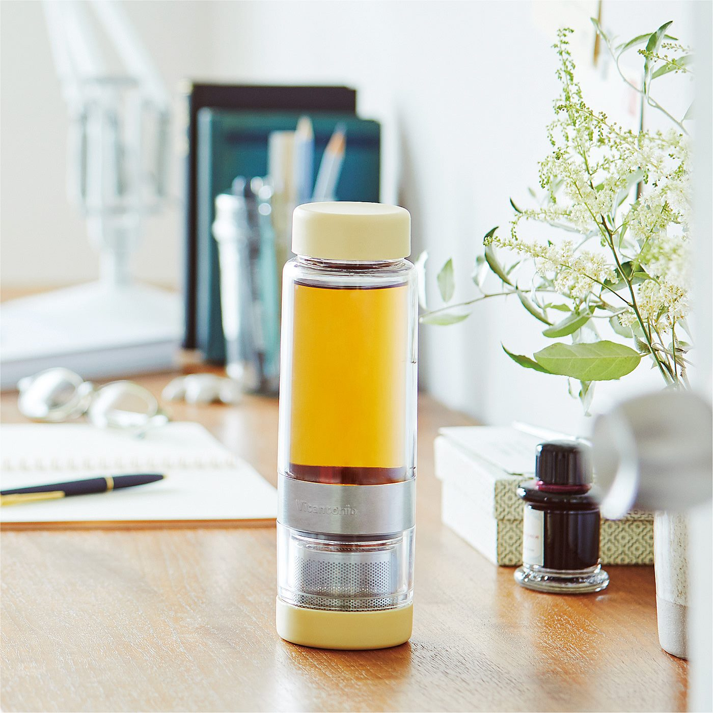 Kraso[クラソ] |飲みごろになったら茶葉を分離 2煎目も楽しめる 茶こし付きマイボトルの会|本体は二重構造で、持っても熱くなりにくく、結露も防ぐのでデスクづかいにもおすすめ。