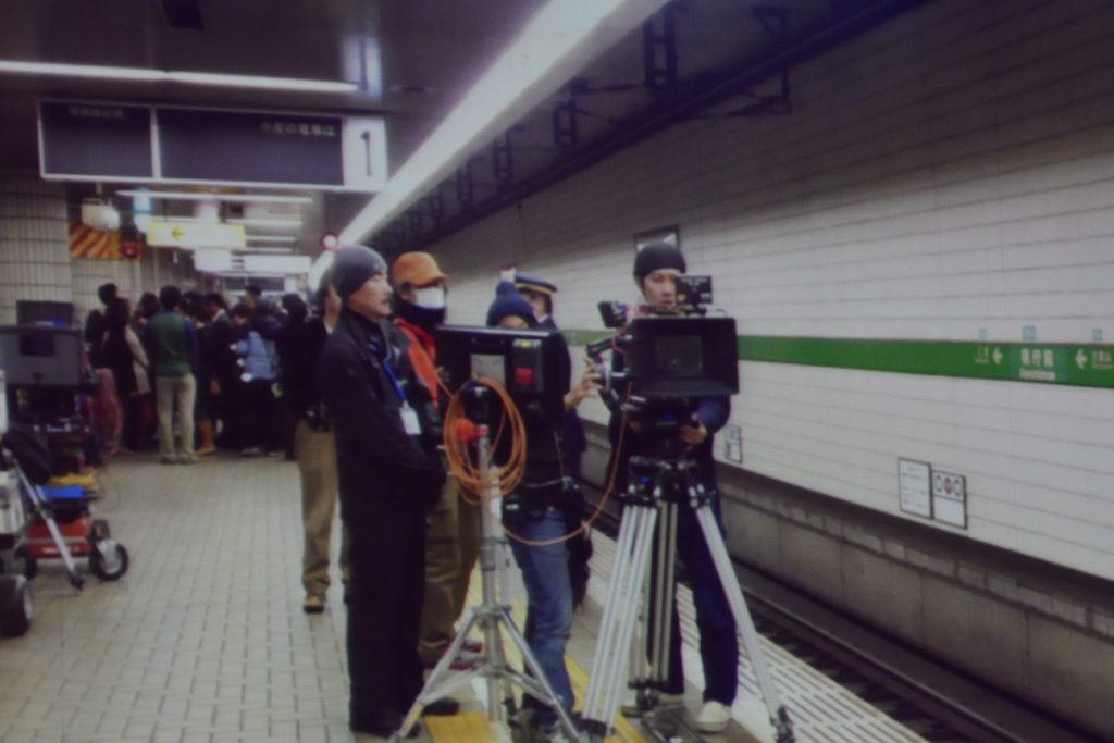 終電後に県庁前の駅で撮影してる様子