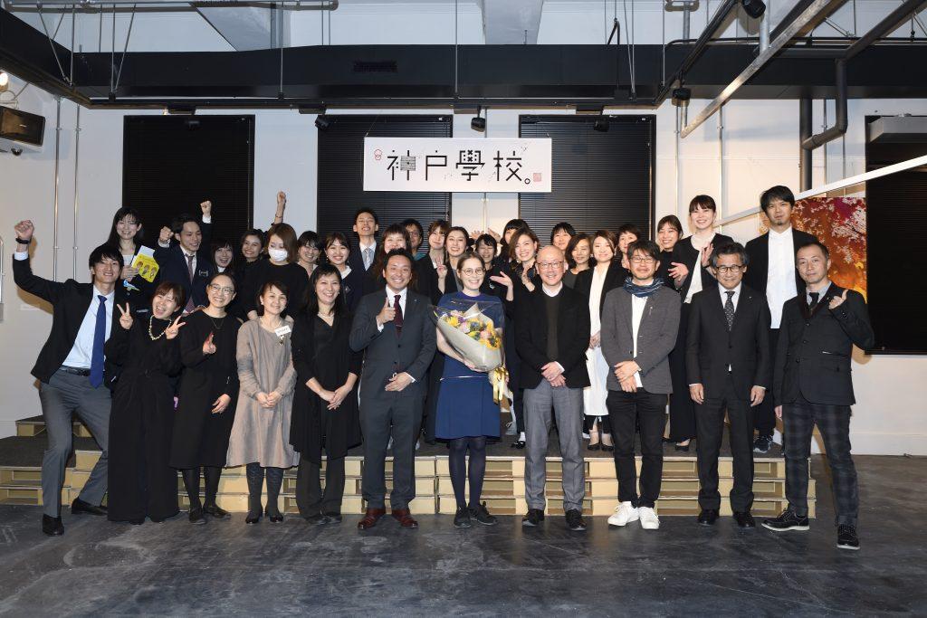 神戸学校の集合写真を撮るナージャさん