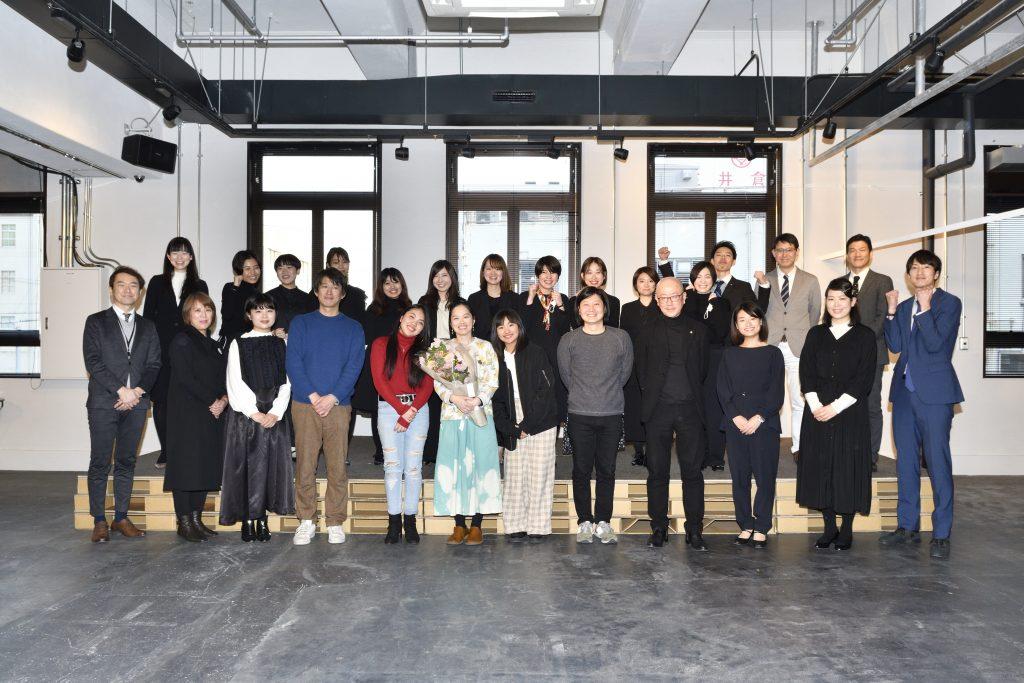 神戸学校集合写真の石田香織さん