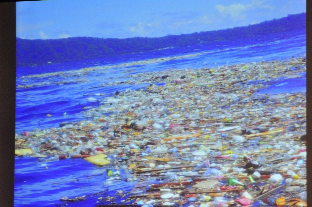 海面にゴミが漂っている画像