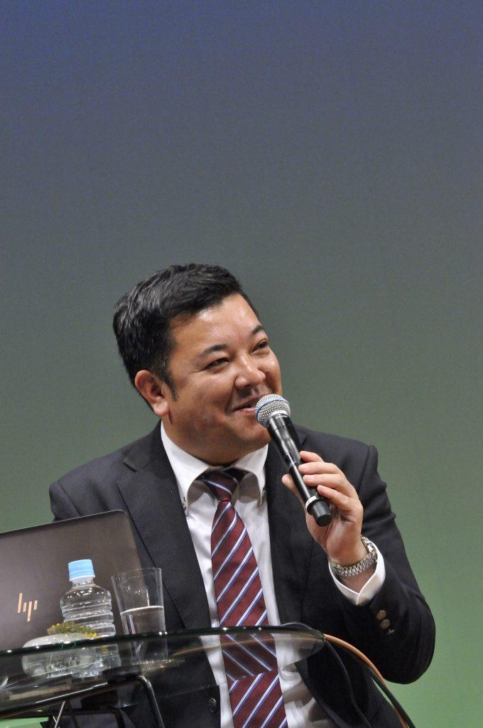 お客さまの質問に答える吉田さん